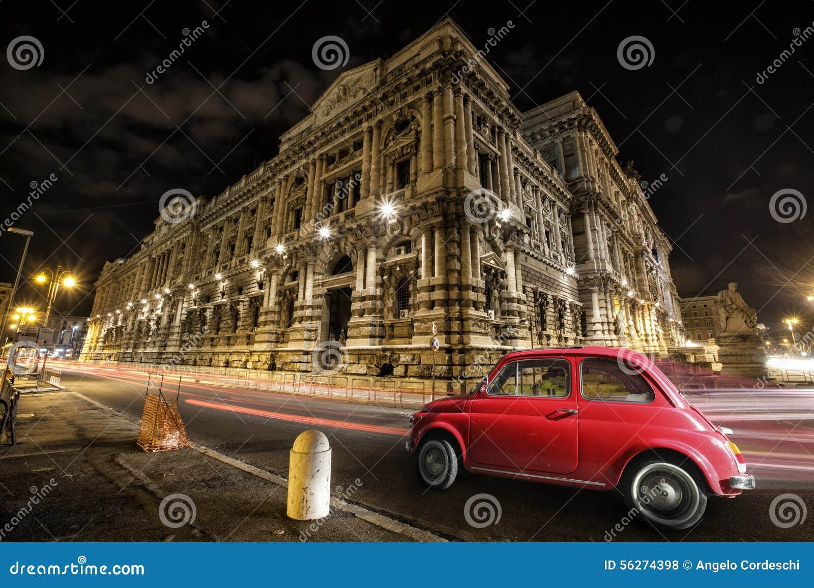 Rojo italiano del coche viejo por noche Monumento histórico italiano