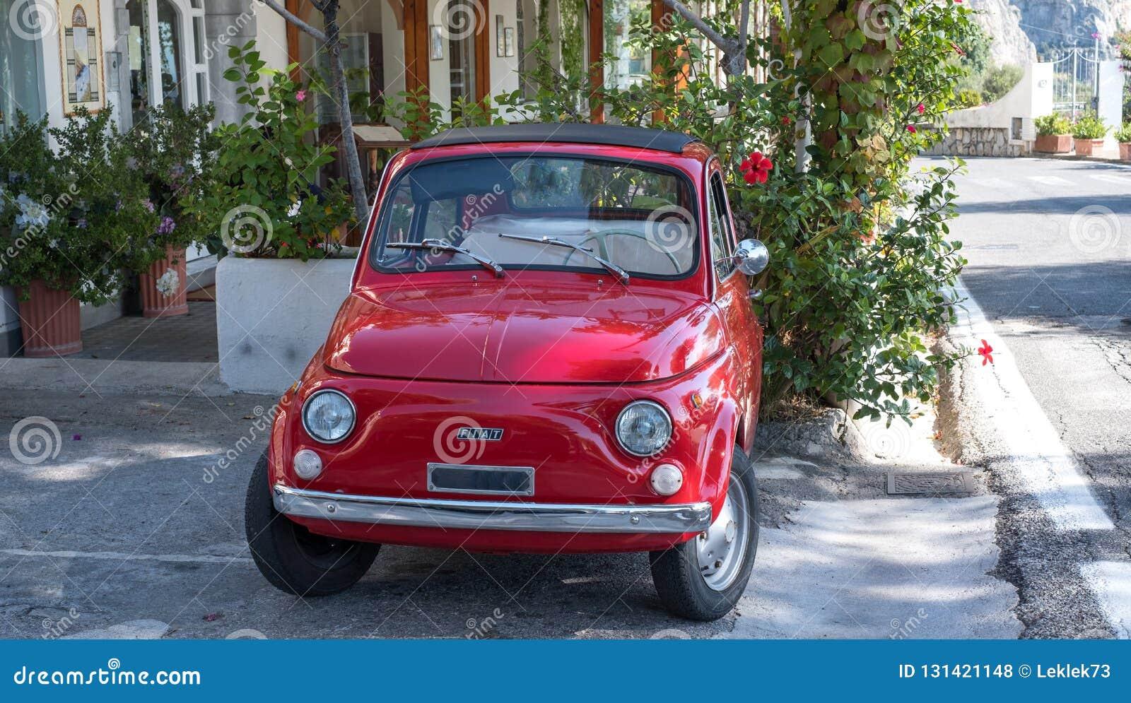 Rojo la obra clásica de Fiat Cinquecento 500 aparcamiento de la calle en la costa de Amalfi, Italia
