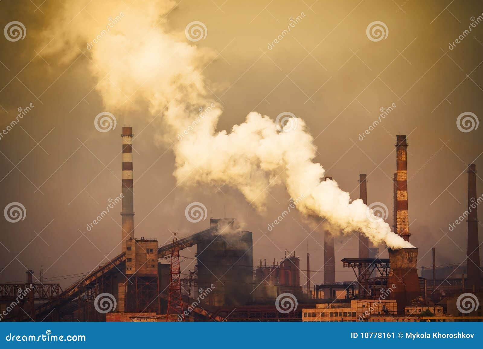 Rokende installatie met witte smog