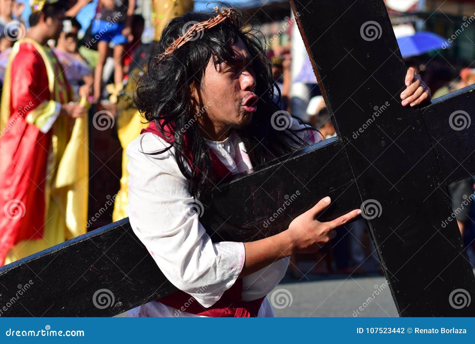 Rol die van Jesus Christ in pijn en ondraaglijke pijn schreeuwen die zwaar houten kruis op straat dragen