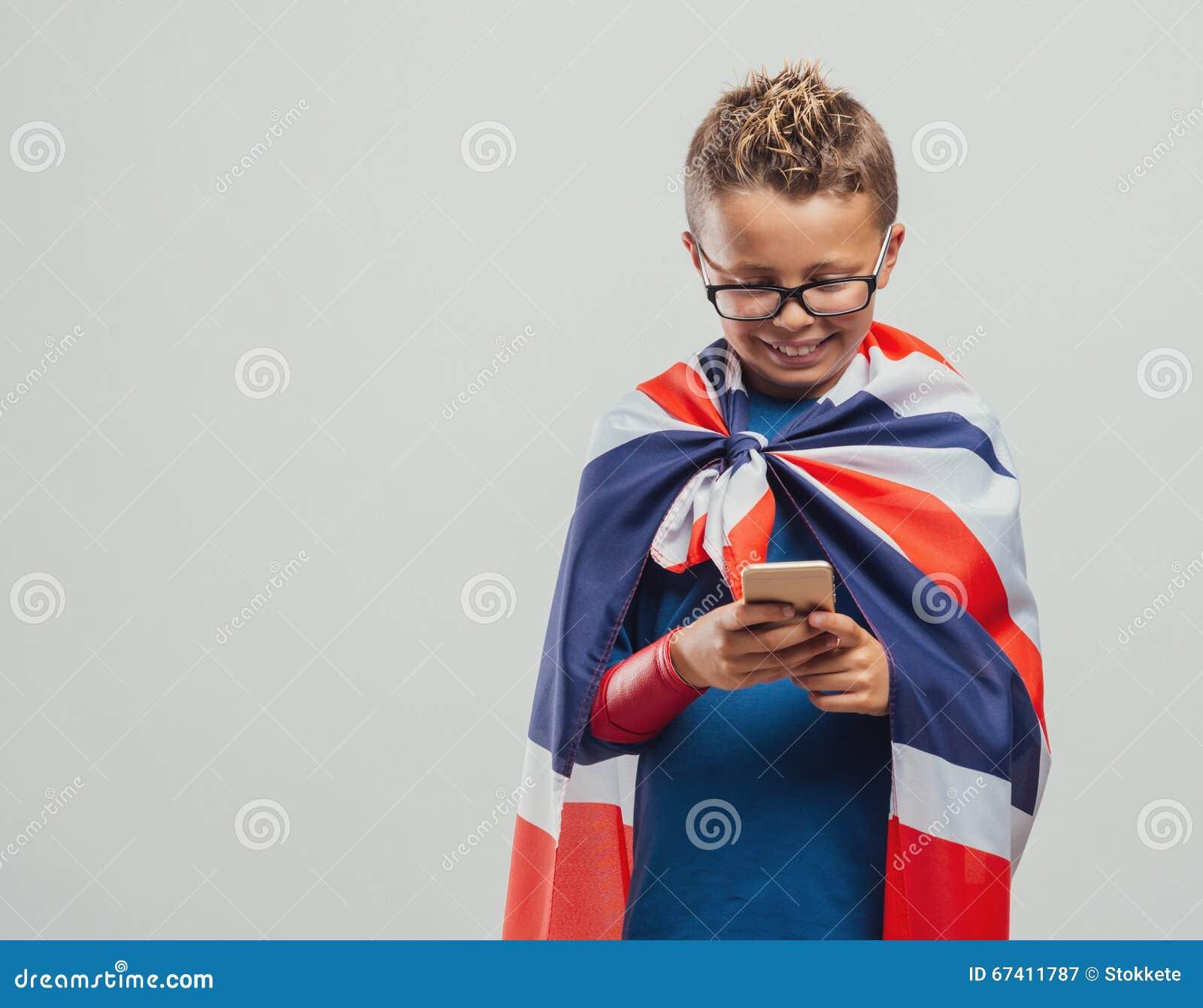 Rolig brittisk superhero som använder en smart telefon