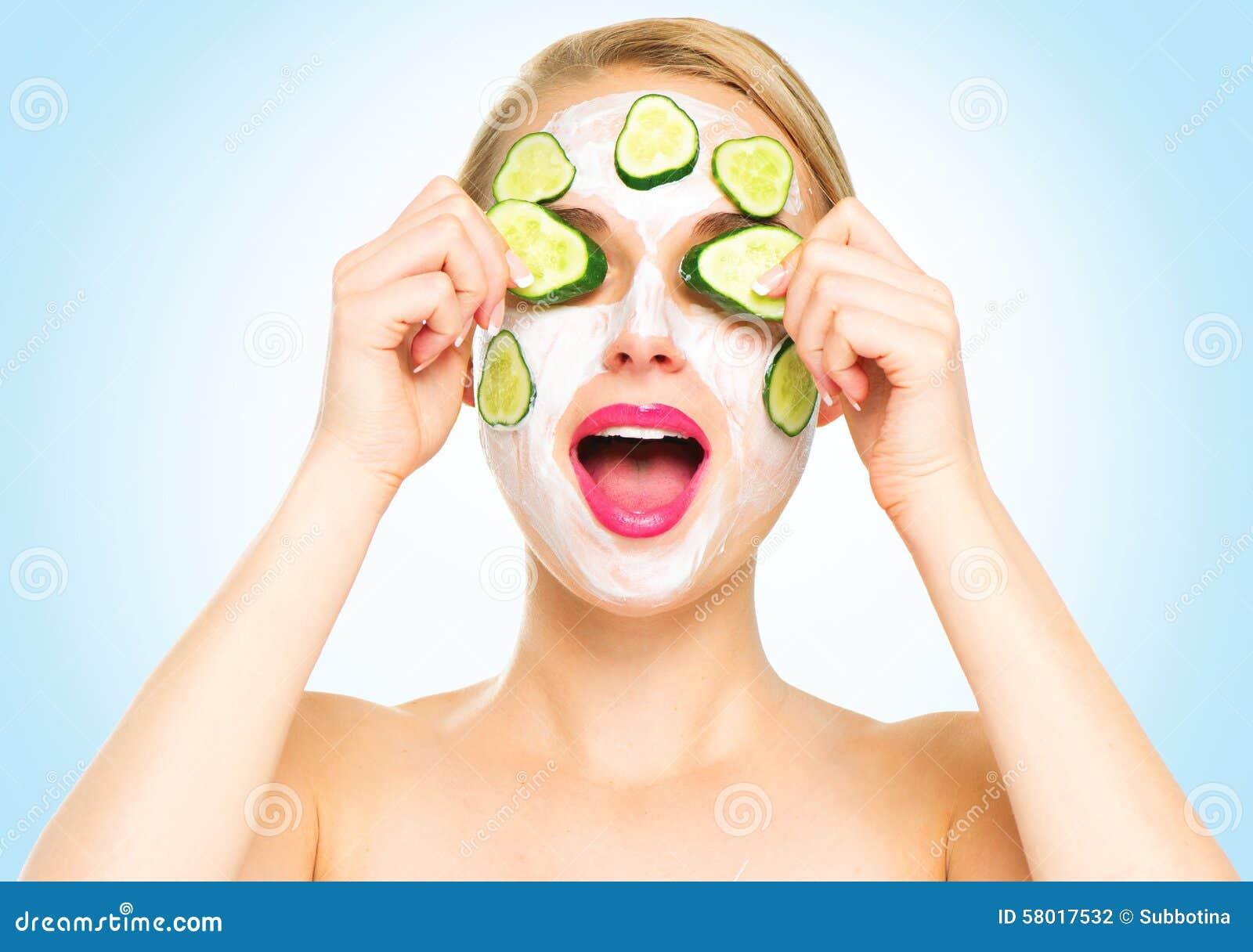 Rolig brunnsortkvinna som applicerar den nya ansikts- maskeringen