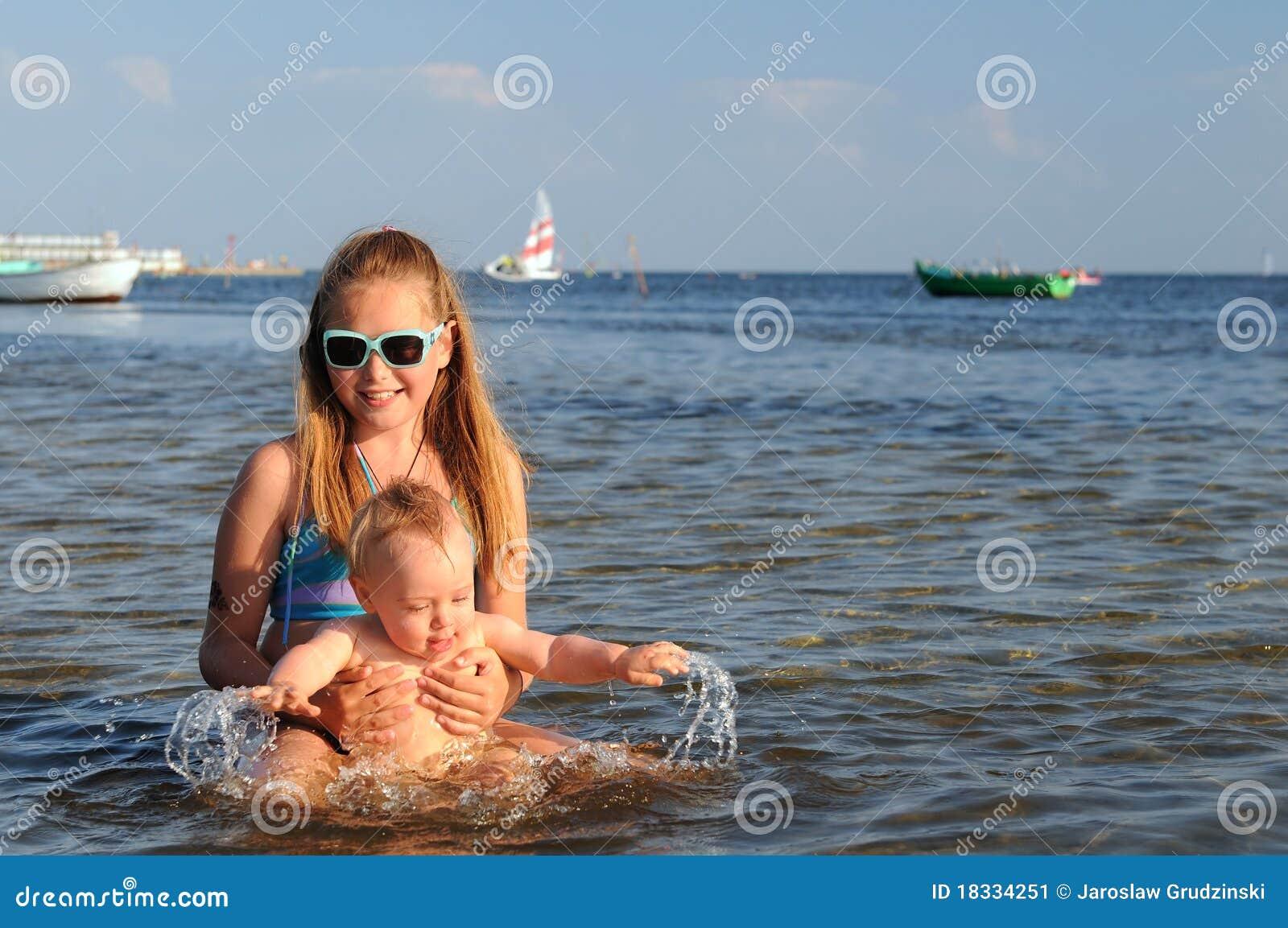 Rolig flicka som har havslitet barn