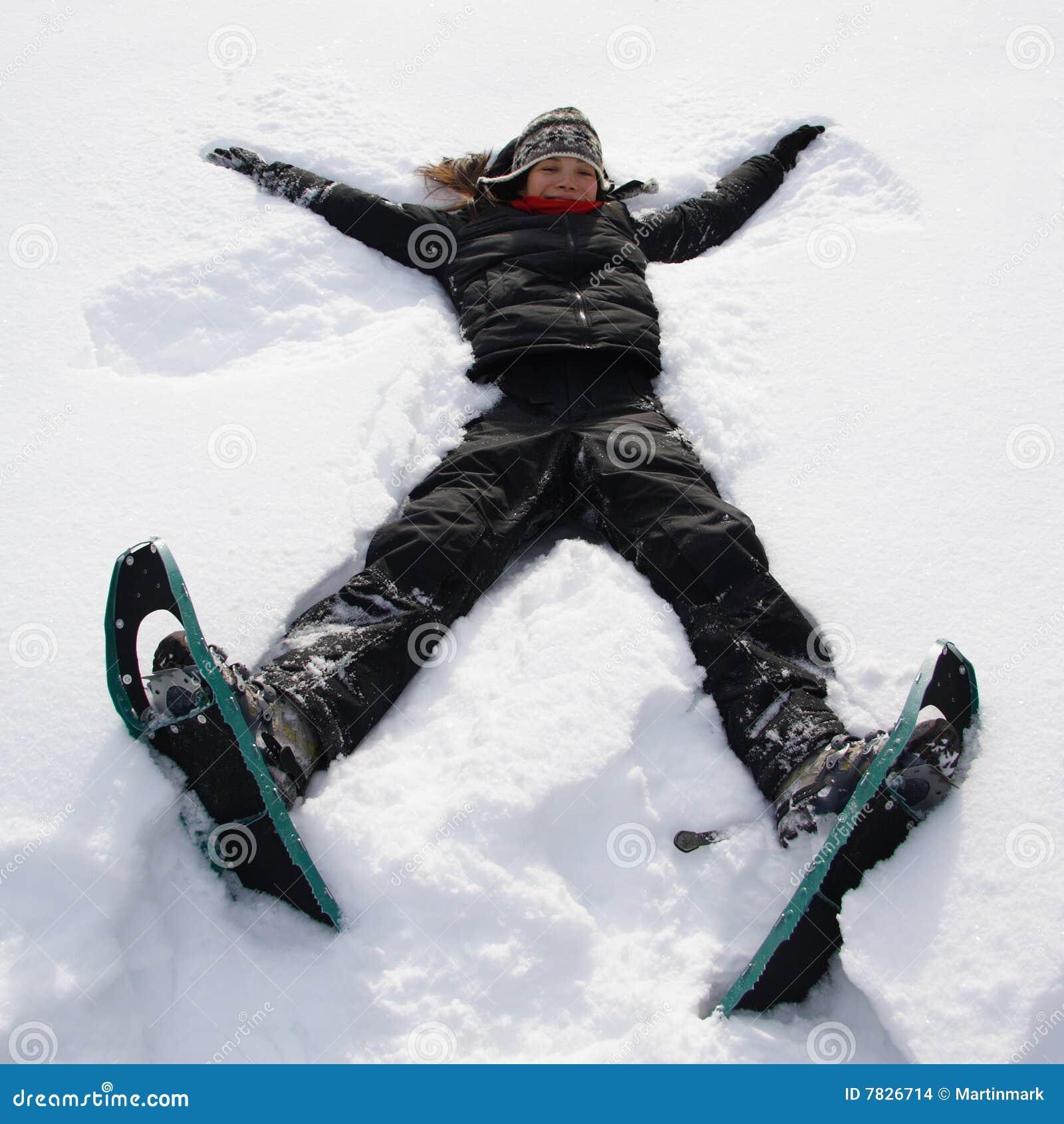 Rolig flicka som har snow