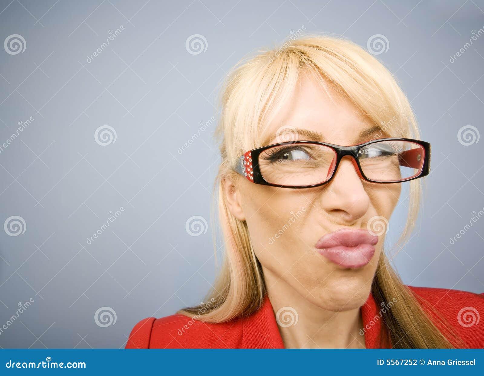Rolig görande röd kvinna för äcklad framsida