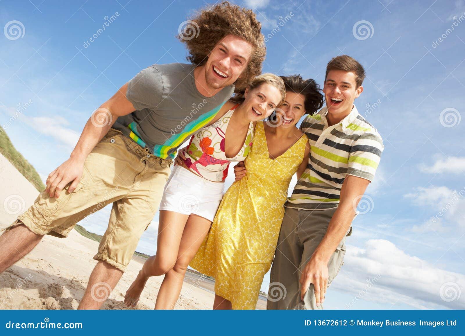 Rolig grupp för strandvänner som har