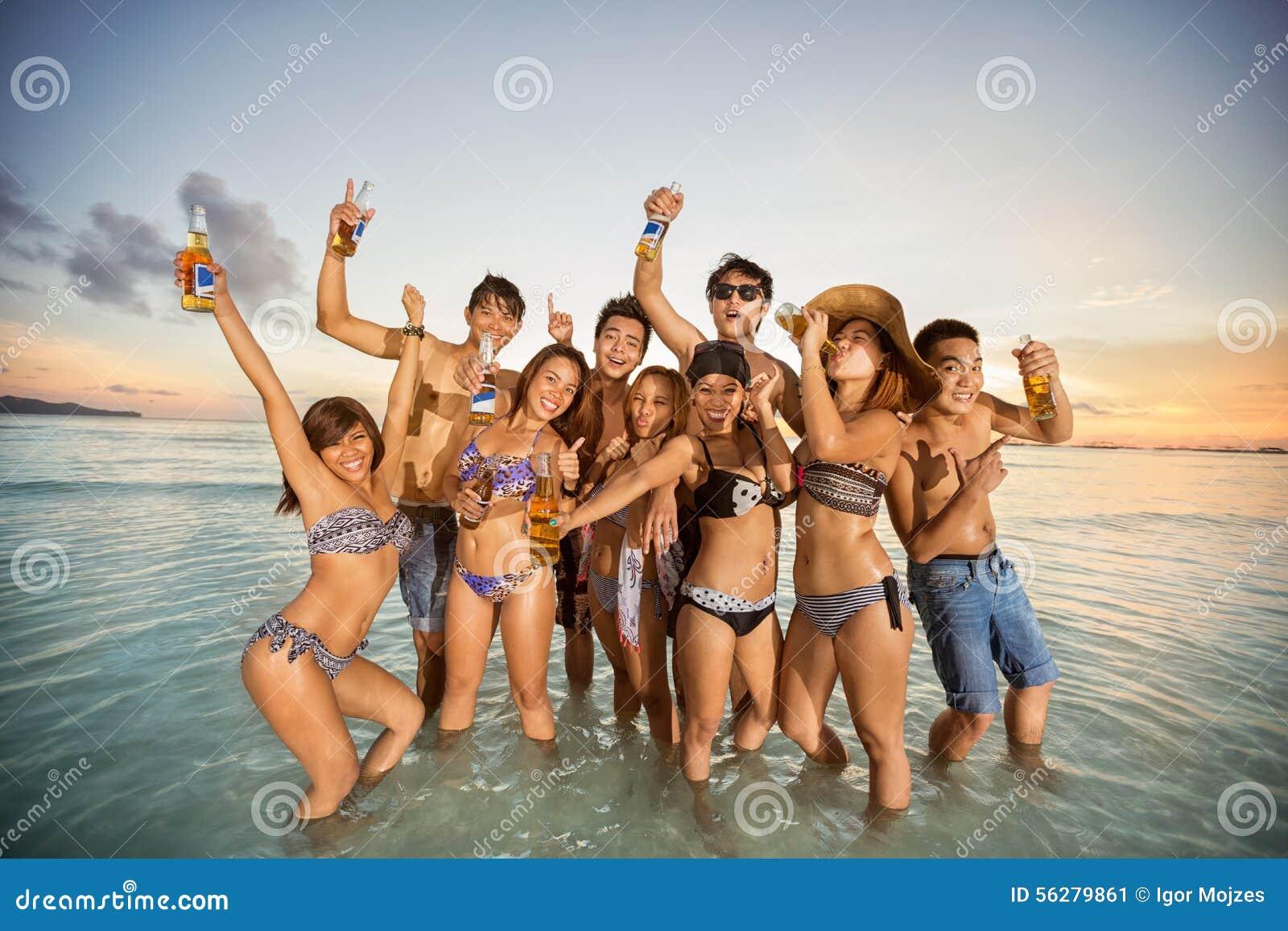 Rolig grupp för strandvänner som har sommar