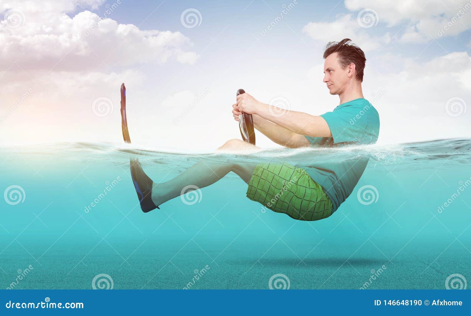 Rolig man i kortslutningar, T-tröja och flipperritter på havet med ett bilstyrninghjul Begrepp av att g? p? semester