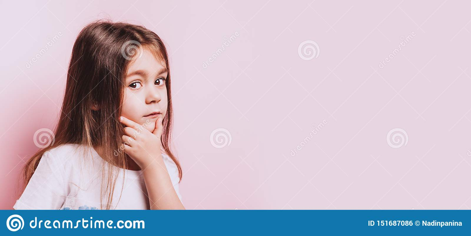 Rolig stående av den lilla tvivelflickan på rosa bakgrund