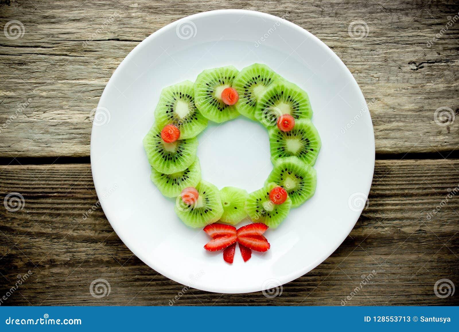 Rolig xmas-matidé för ungar - krans för jul för kiwijordgubbe ätlig