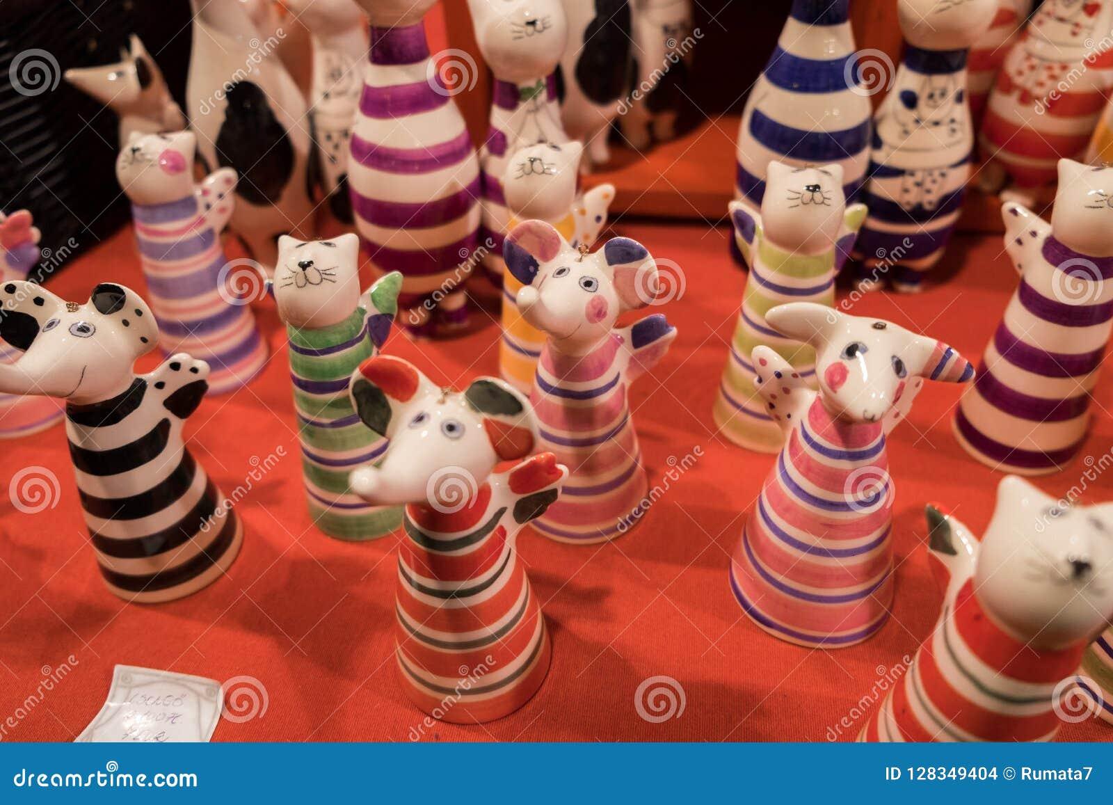 Roliga keramiska katter och till salu mousesstatyetter
