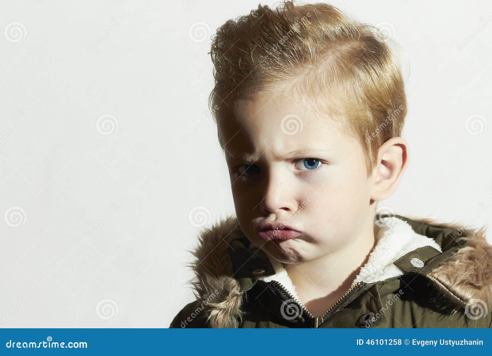 Roligt Barn I Vinterlag Pojke Little Frisyr Arkivfoto