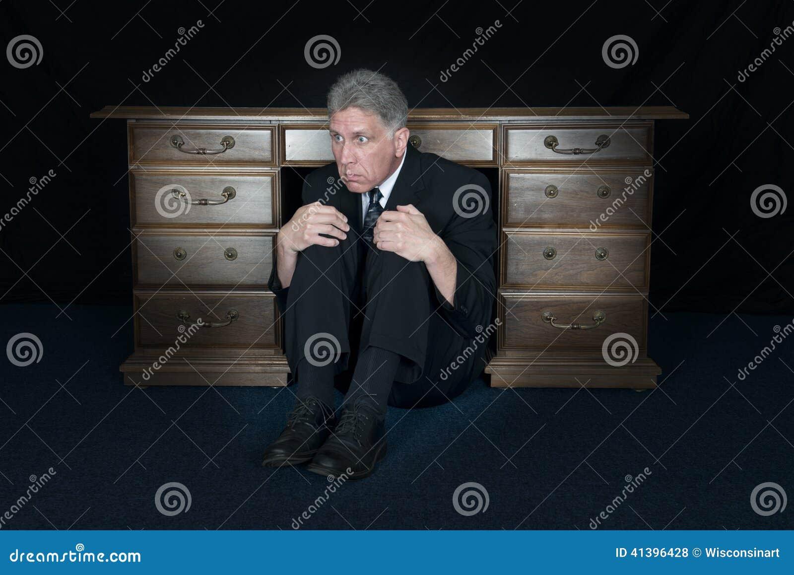 Roligt förskräckt skräckaffärsmanHide Under Office skrivbord