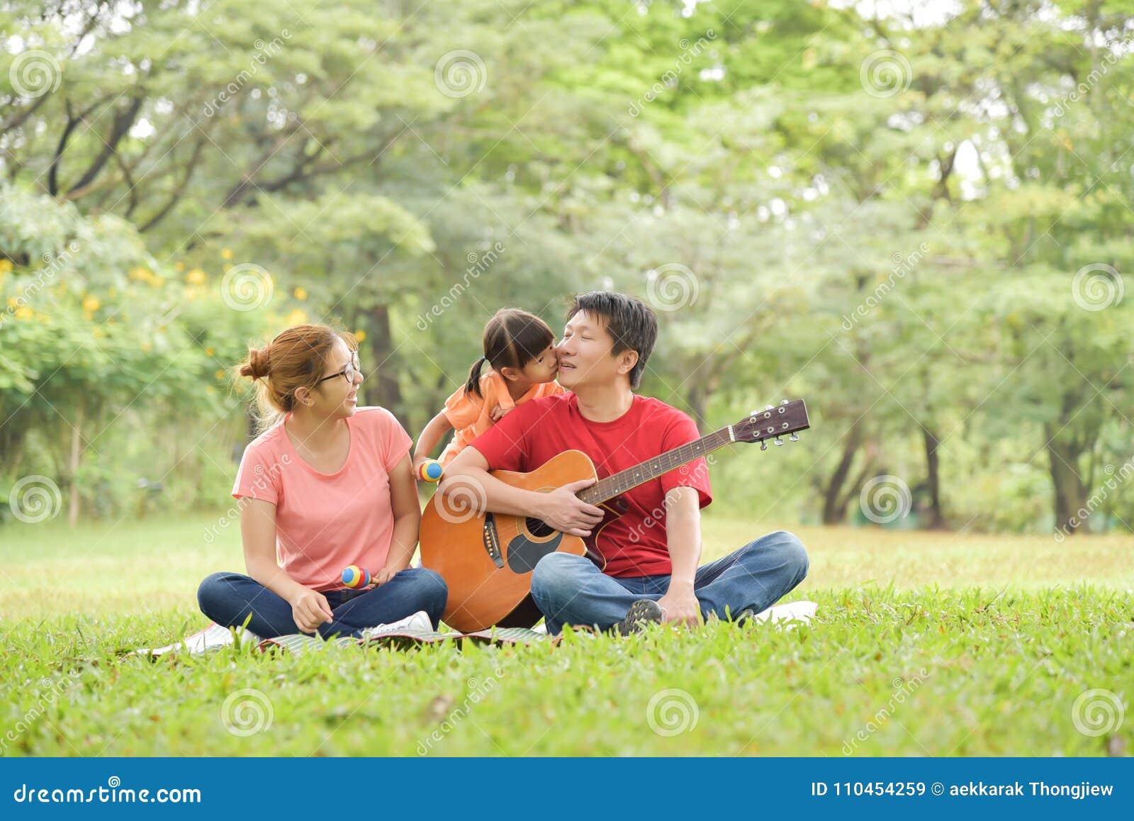 Roligt lyckligt ha för asiatisk familj