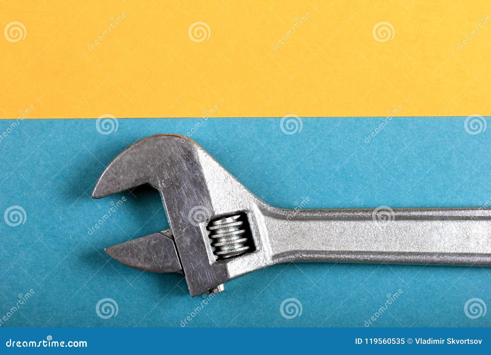 Roligt minsta begrepp för sommar Bästa sikt på den justerbara skiftnyckeln, skruvnyckel