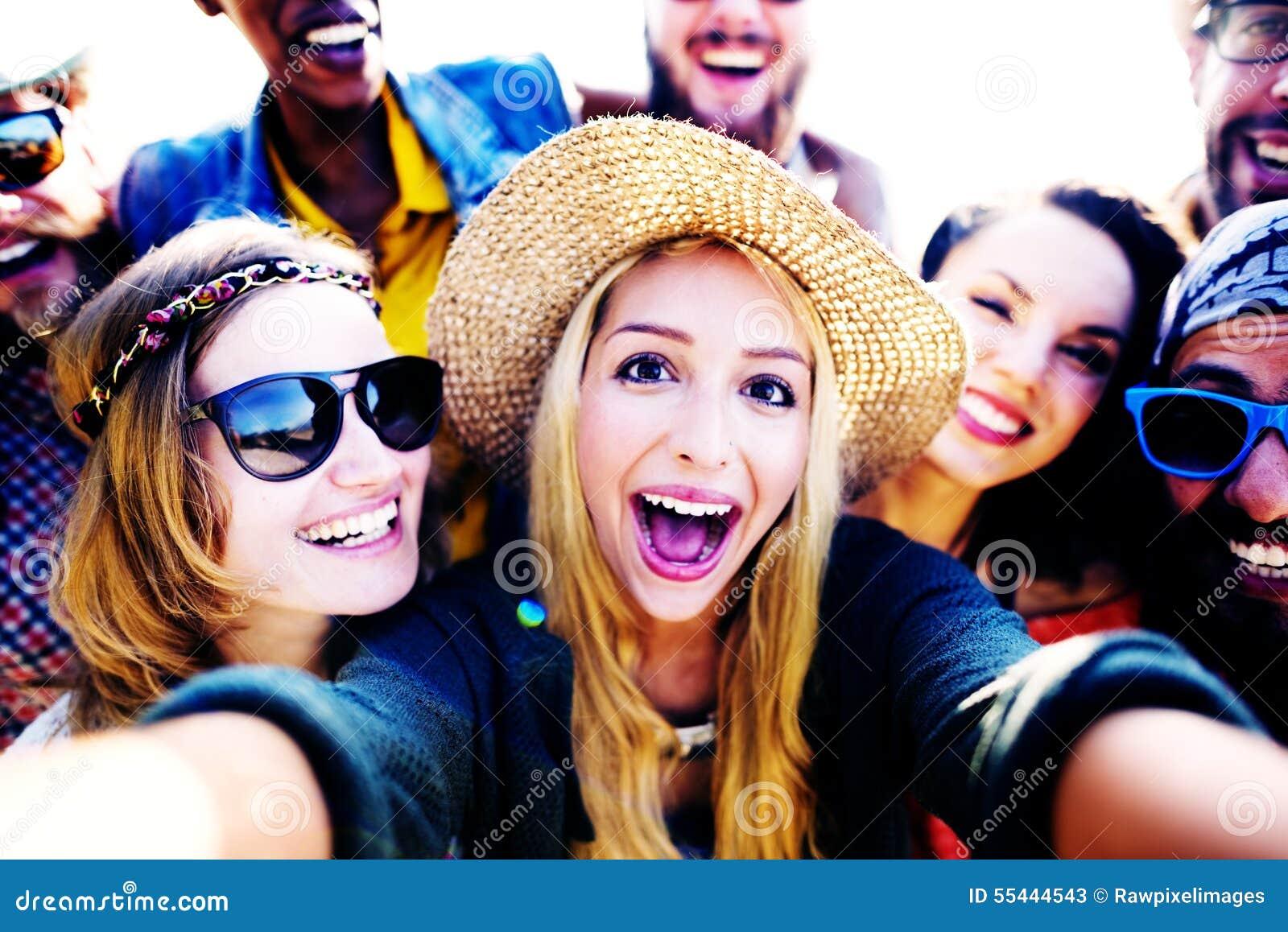 Roligt Selfie för olika vänner för folkstrandsommar begrepp