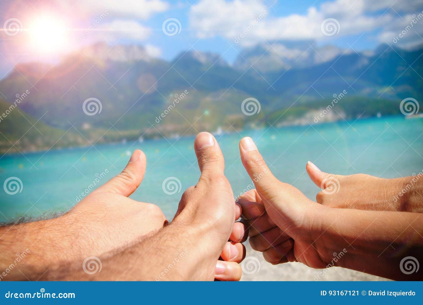 Roligt turismbegrepp i havet med fingrar uppåt