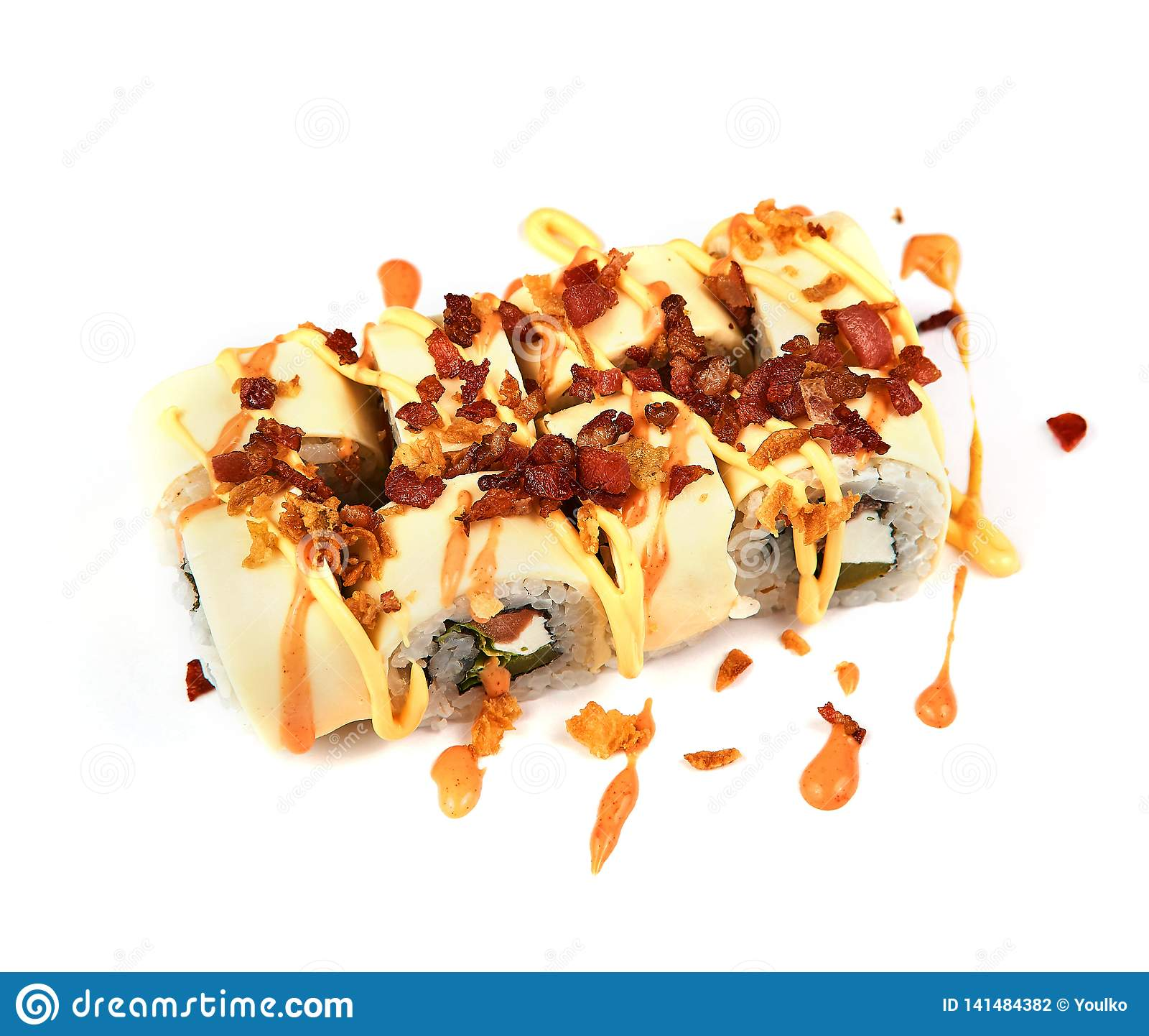 Rolka z blinem i smażącym bekonem z kumberlandem na białym tle Japoński jedzenie