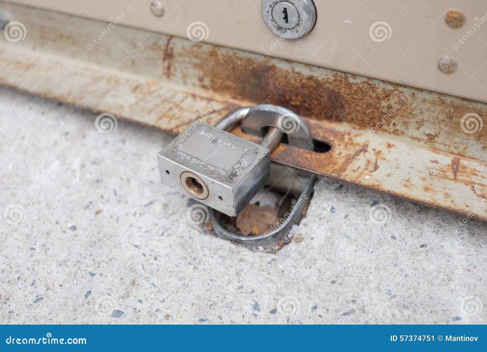 Rollengaragentor ist- geschlossen und verschlossen
