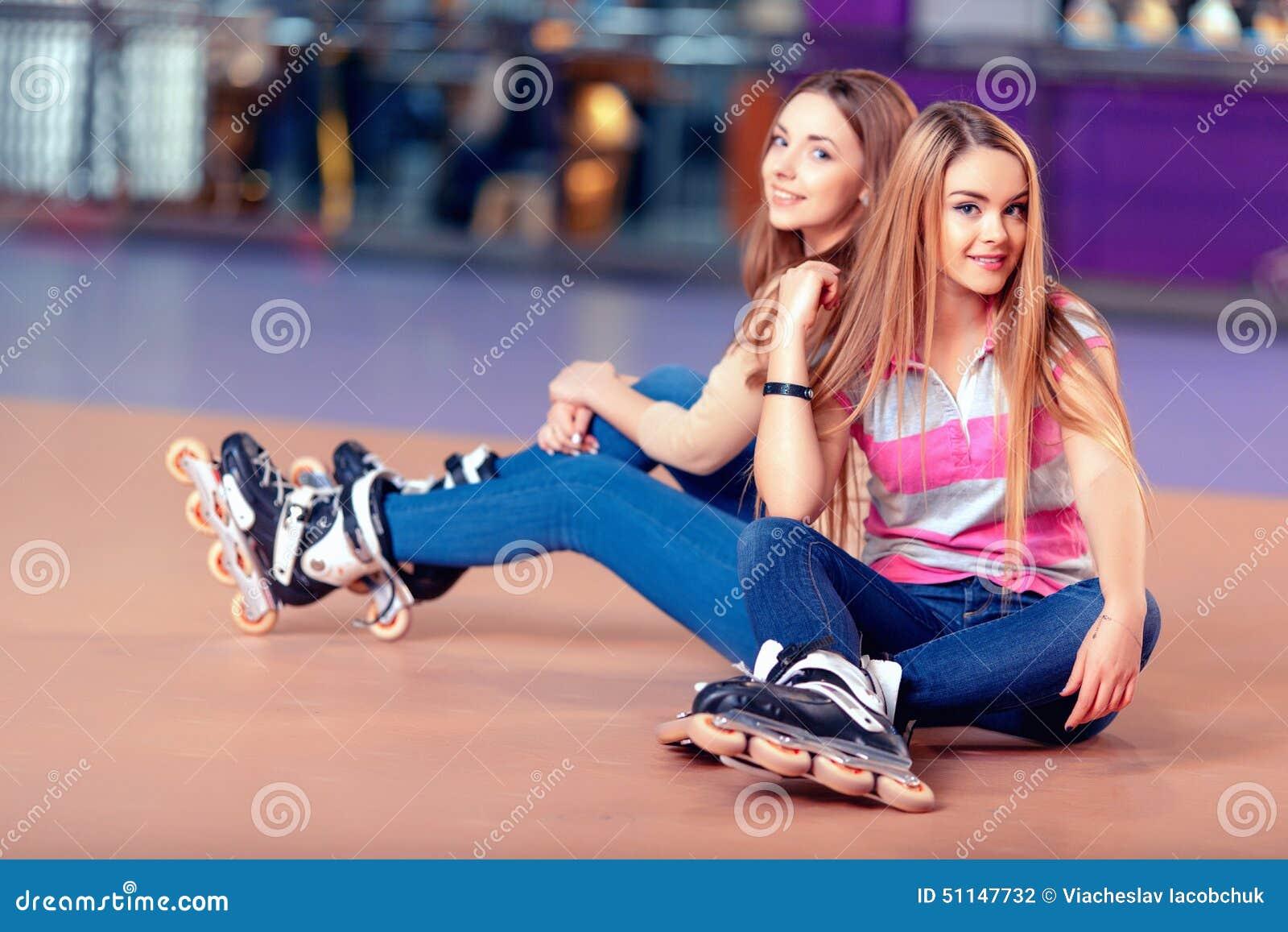 干了女儿和她的两个美丽女同学_rollerdrome的美丽的女孩