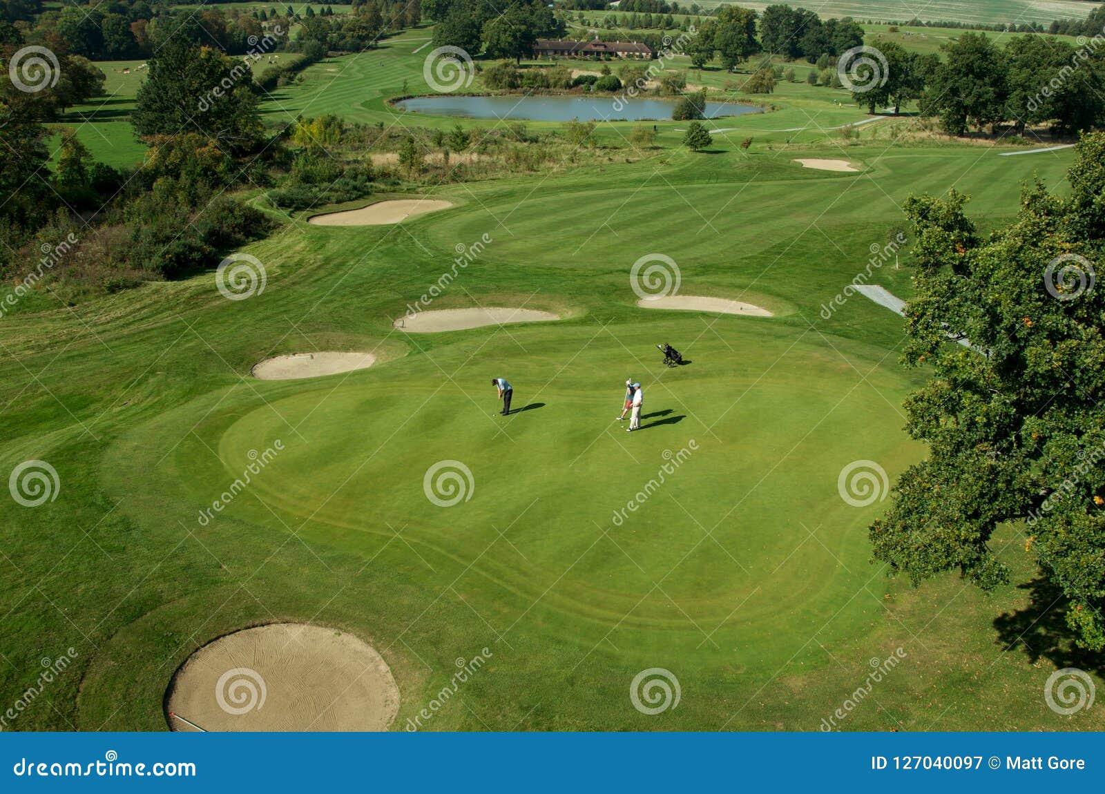 Rolling Hills e um verde em um campo de golfe