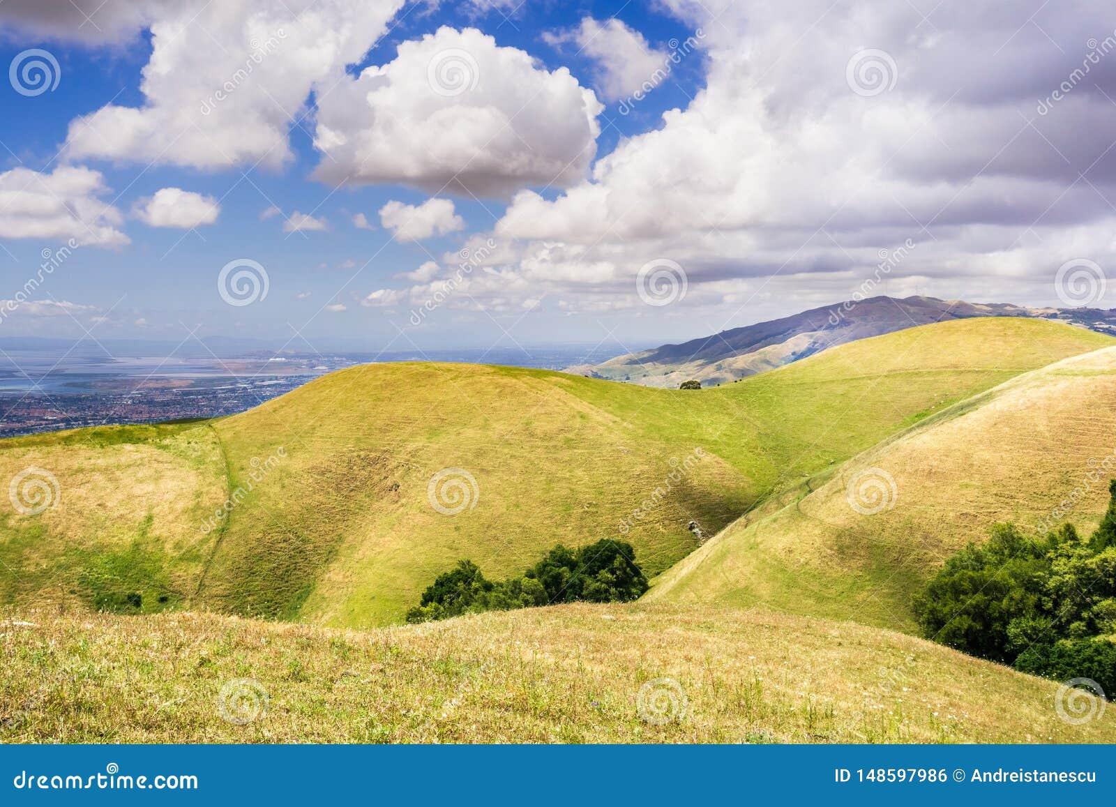 Rolling Hills i södra San Francisco Bay område; östligt San Francisco Bay område som är synligt i bakgrunden; San Jose Kalifornie