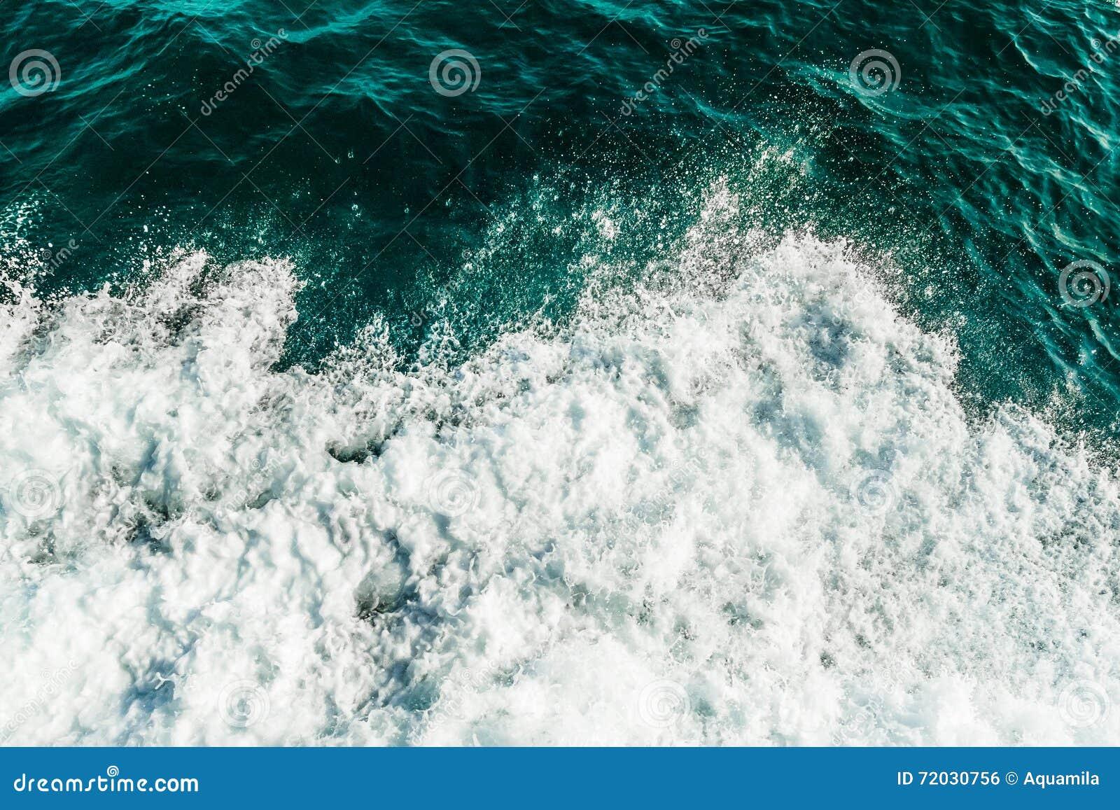 Rolling overzeese golven, hoogste die mening van oceaan door schuim wordt behandeld Turkoois en groen kleurenwater