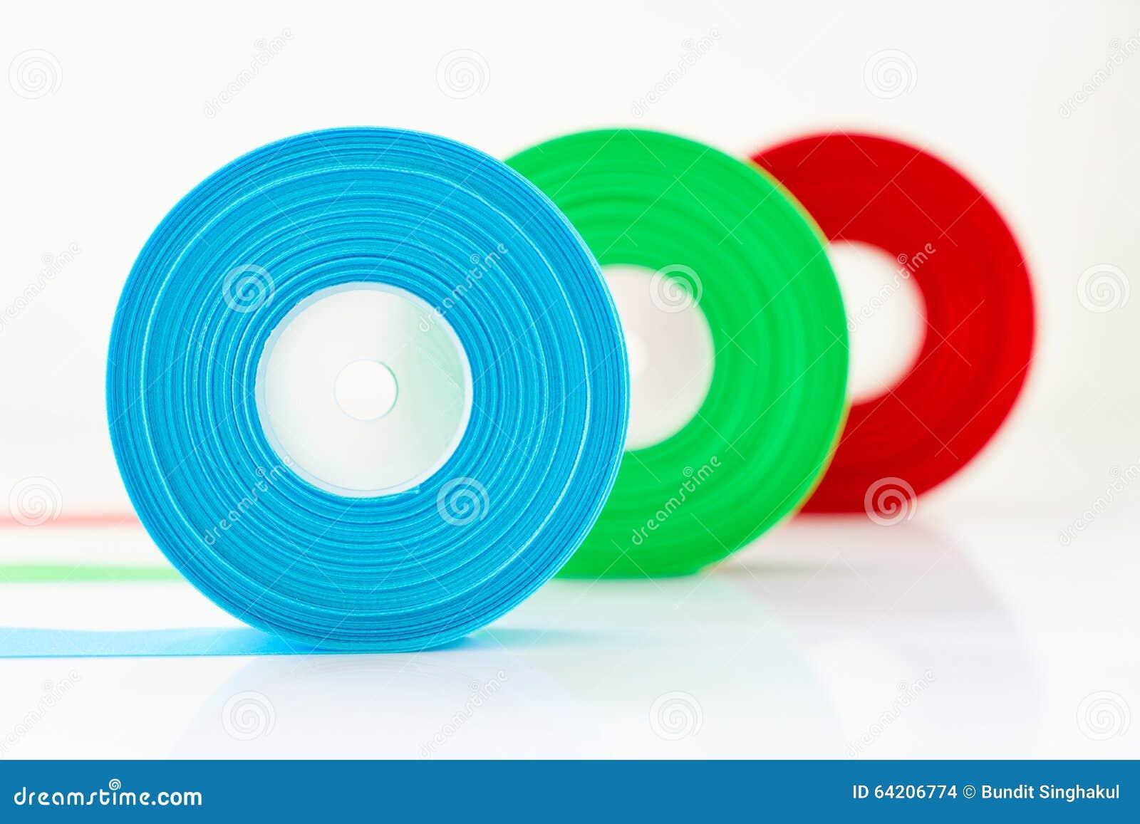 Rollo azulverde rojo aislado, foco selecto de la cinta en azul