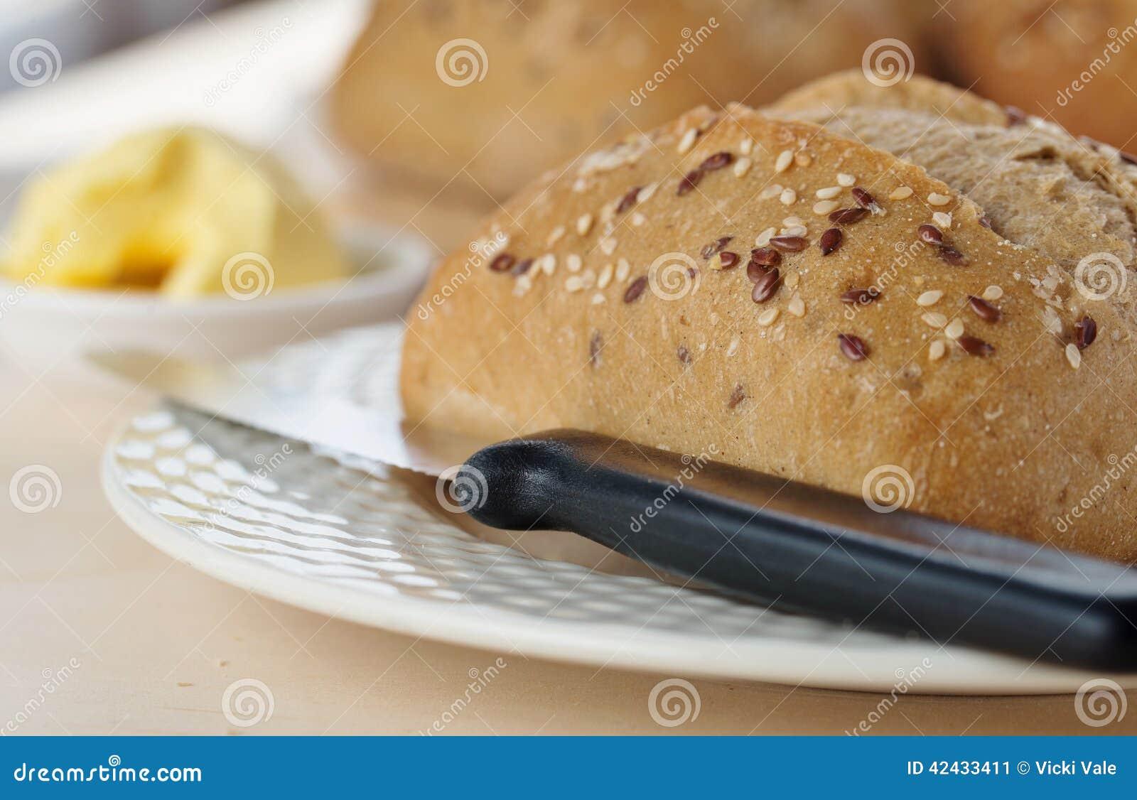 Rollo, cuchillo, placa y mantequilla de Ciabattta