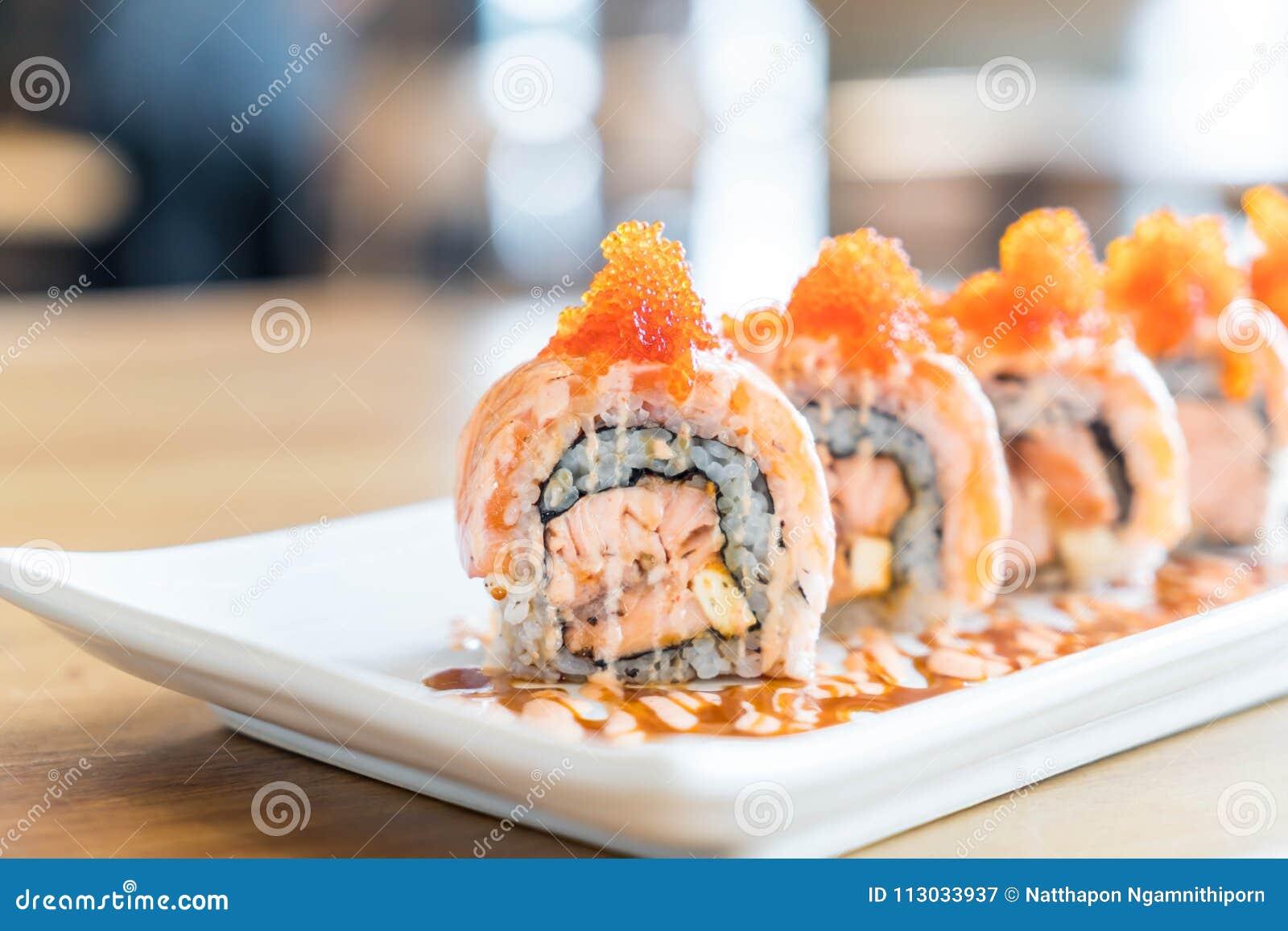 Rollo de sushi con los salmones