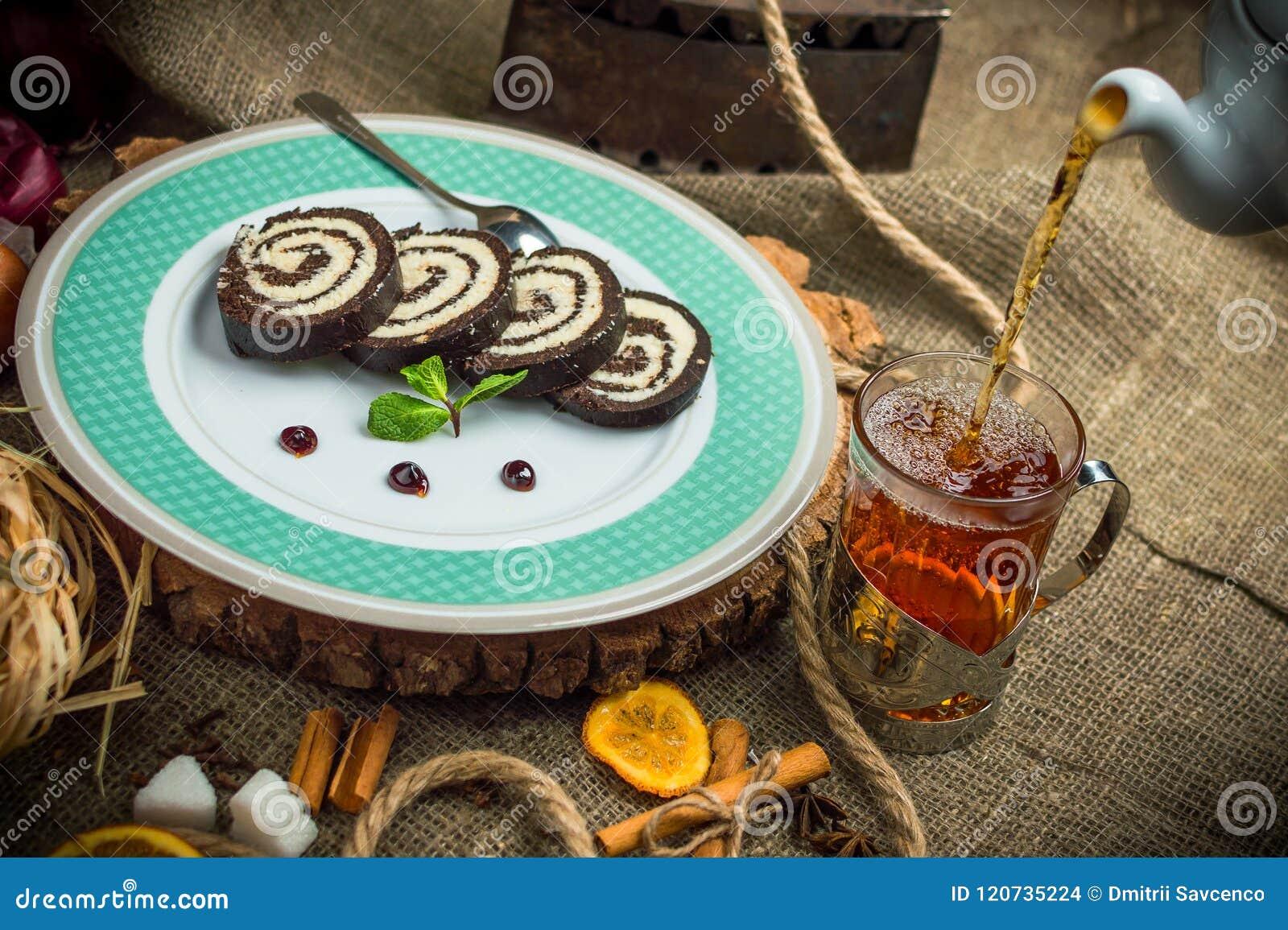 Rollo del chocolate con el relleno del coco