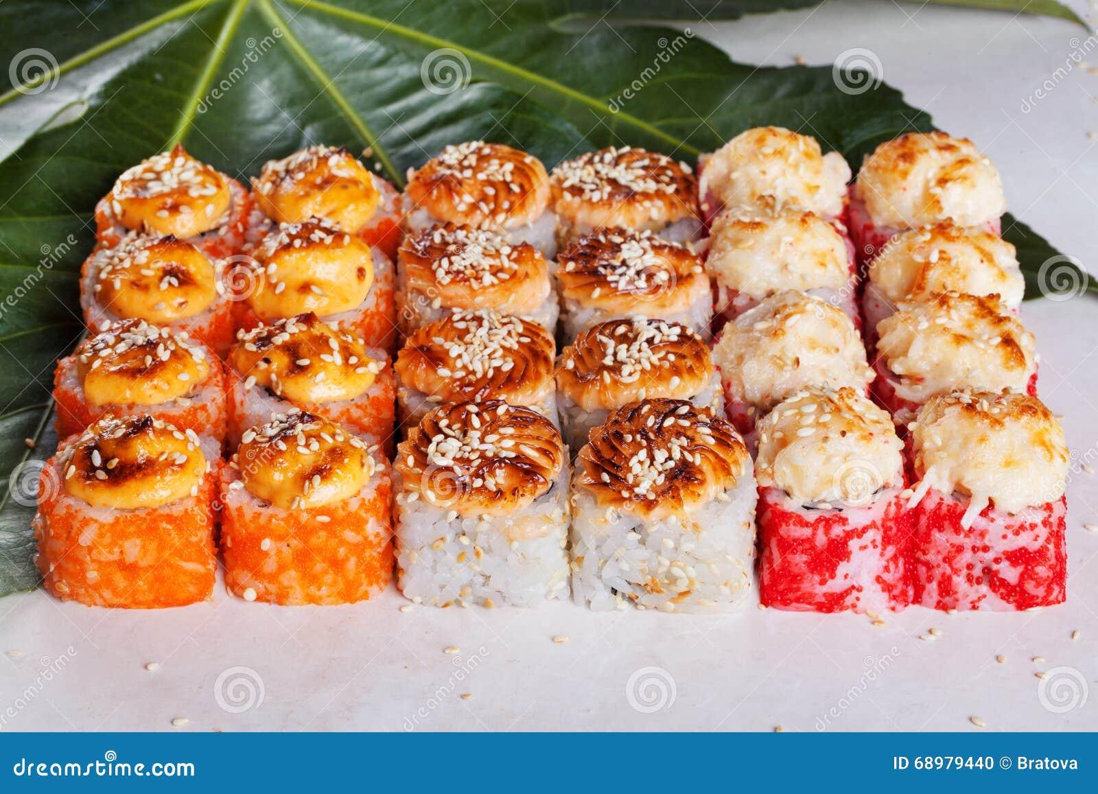 Rollo determinado con yaki del sésamo del casquillo del sushi del camarón