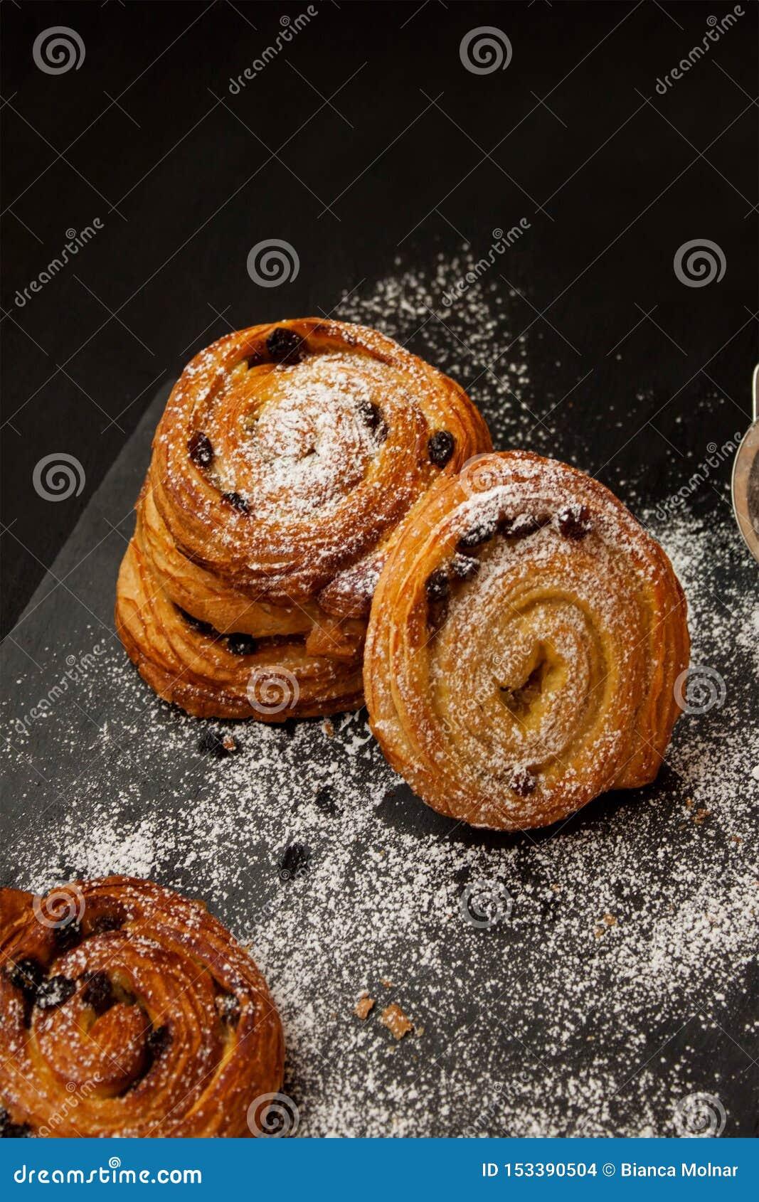 Rollos de canela asperjados con el azúcar