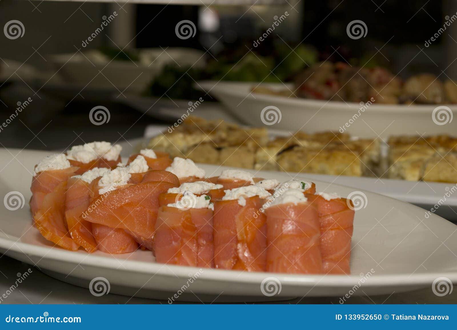 Rollos de color salmón en una placa