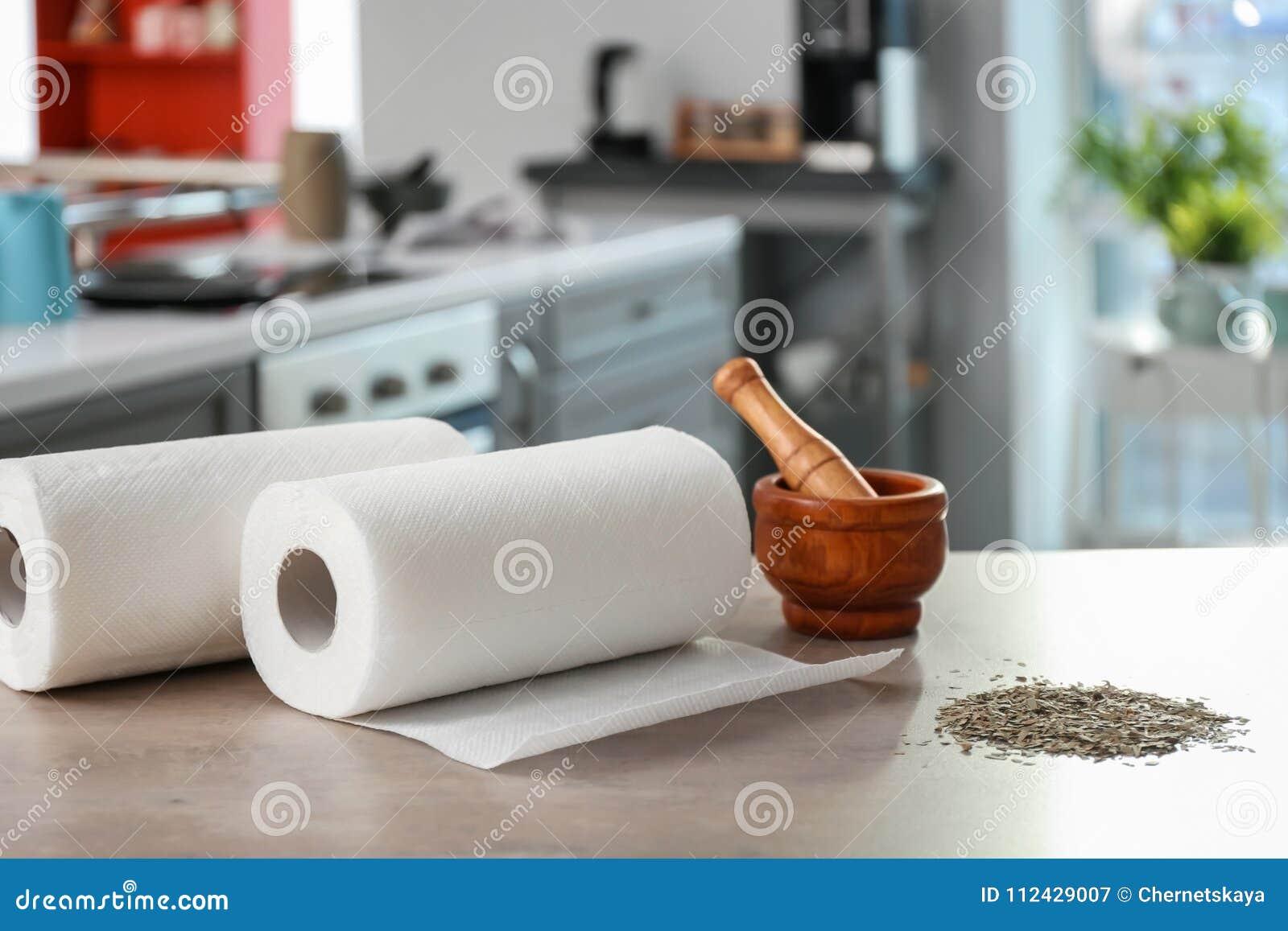 Rolls av pappers- handdukar, mortel och mortelstöten