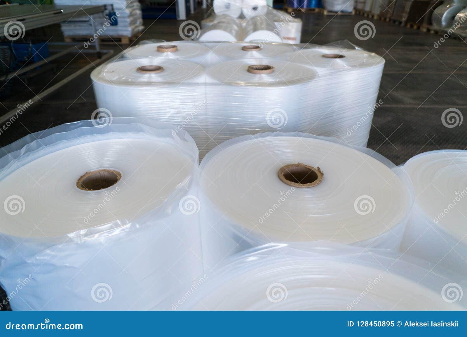 Rolls de film de polyéthylène ou de polypropylène dans un entrepôt