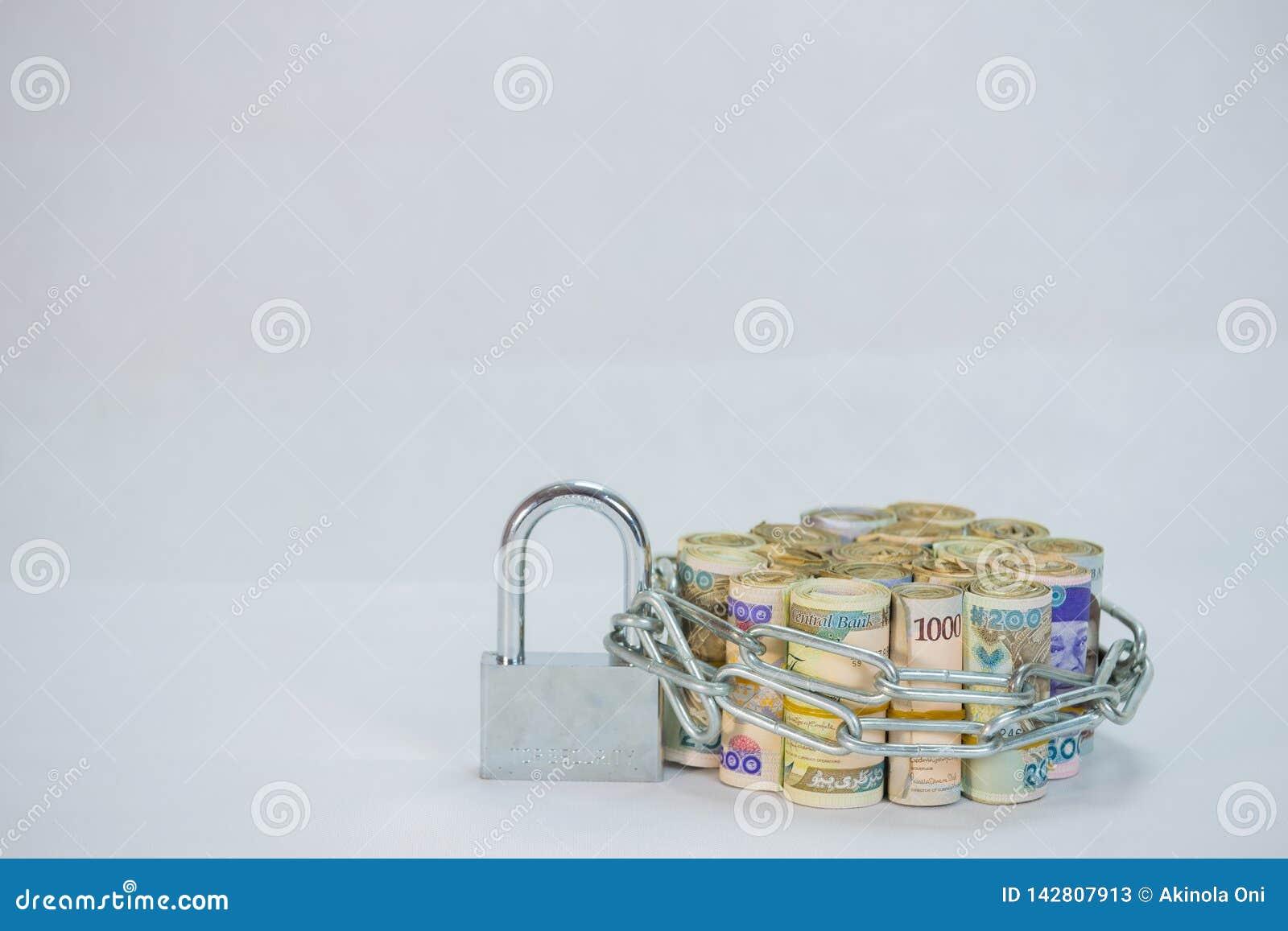 Rolls de las monedas locales del efectivo del naira con la cadena y el candado