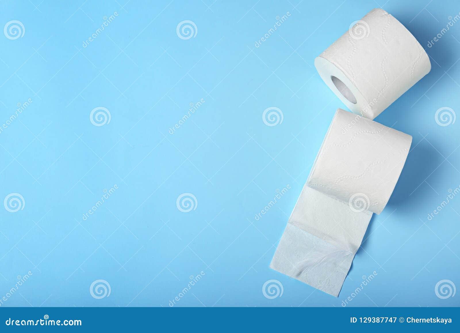 Rolls de papier hygiénique sur le fond de couleur, vue supérieure