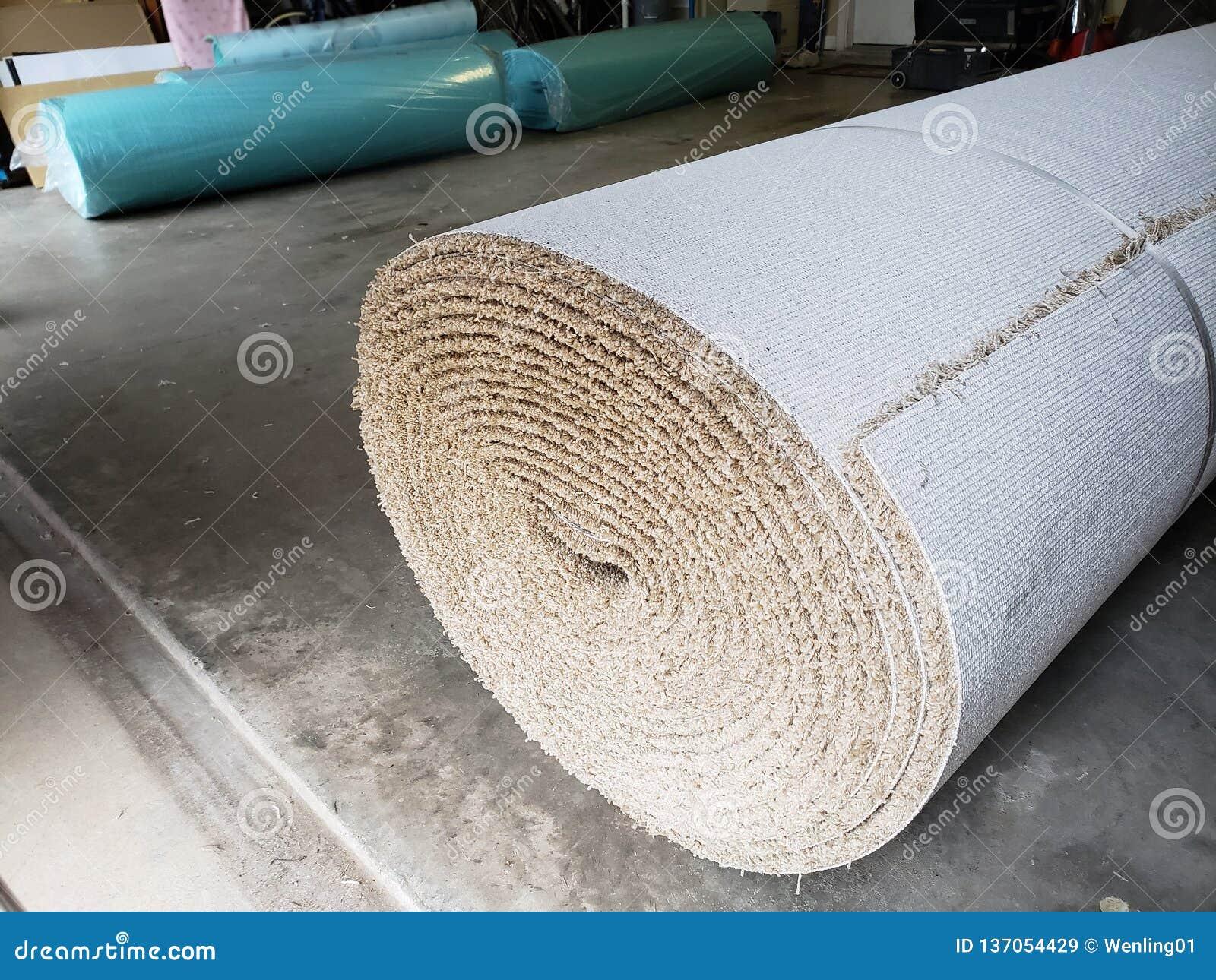 Rolls do tapete novo na garagem da casa para para substituir