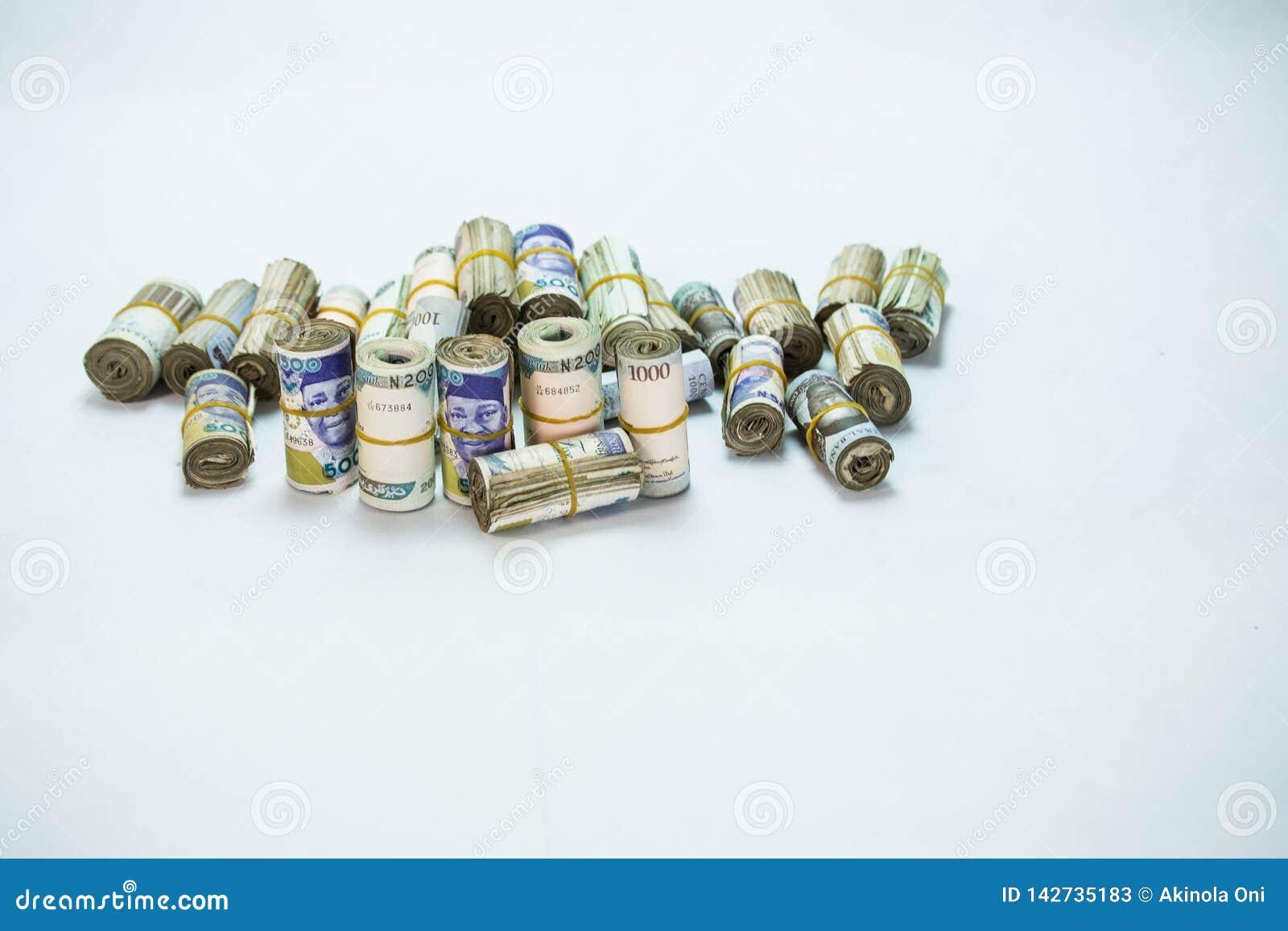 Rolls e os pacotes de naira descontam moedas locais em um montão da pirâmide