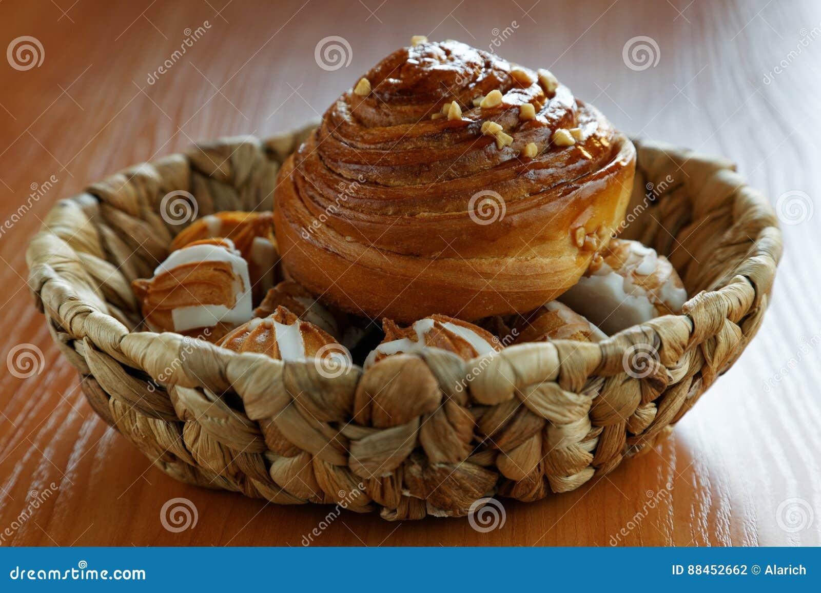 Rolls et biscuits dans un panier en osier