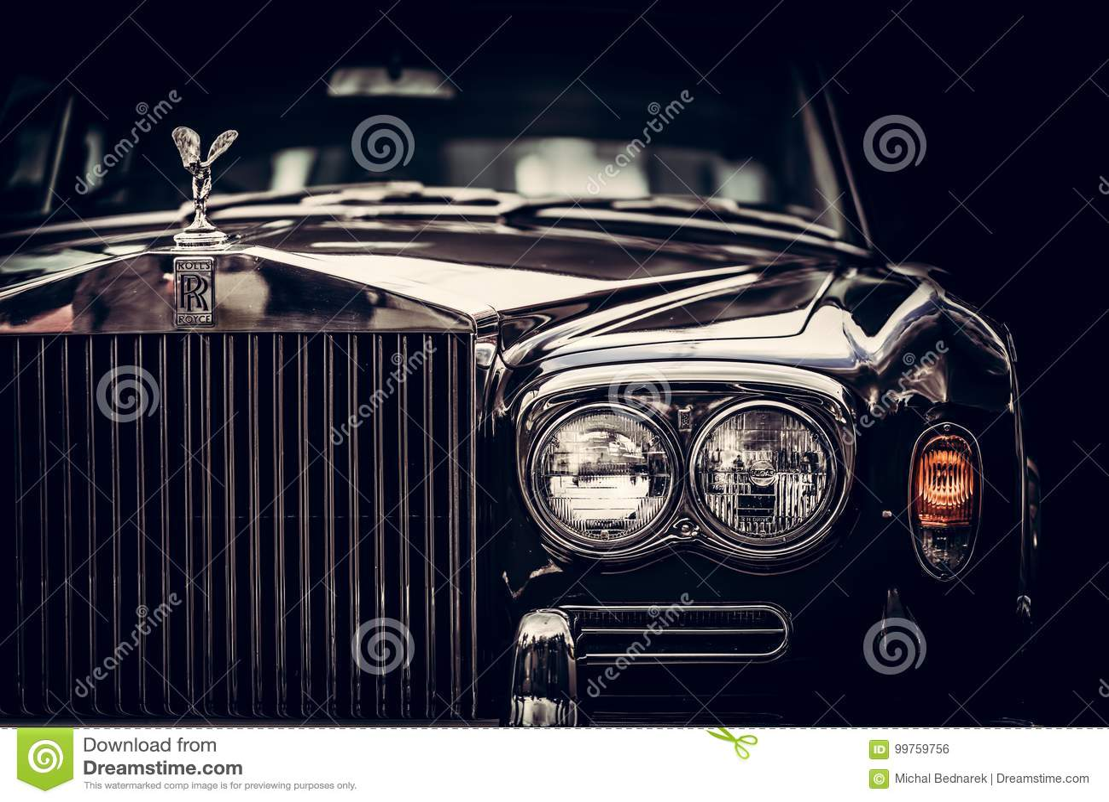 Rolls royce - carro britânico clássico no fundo preto, close-up