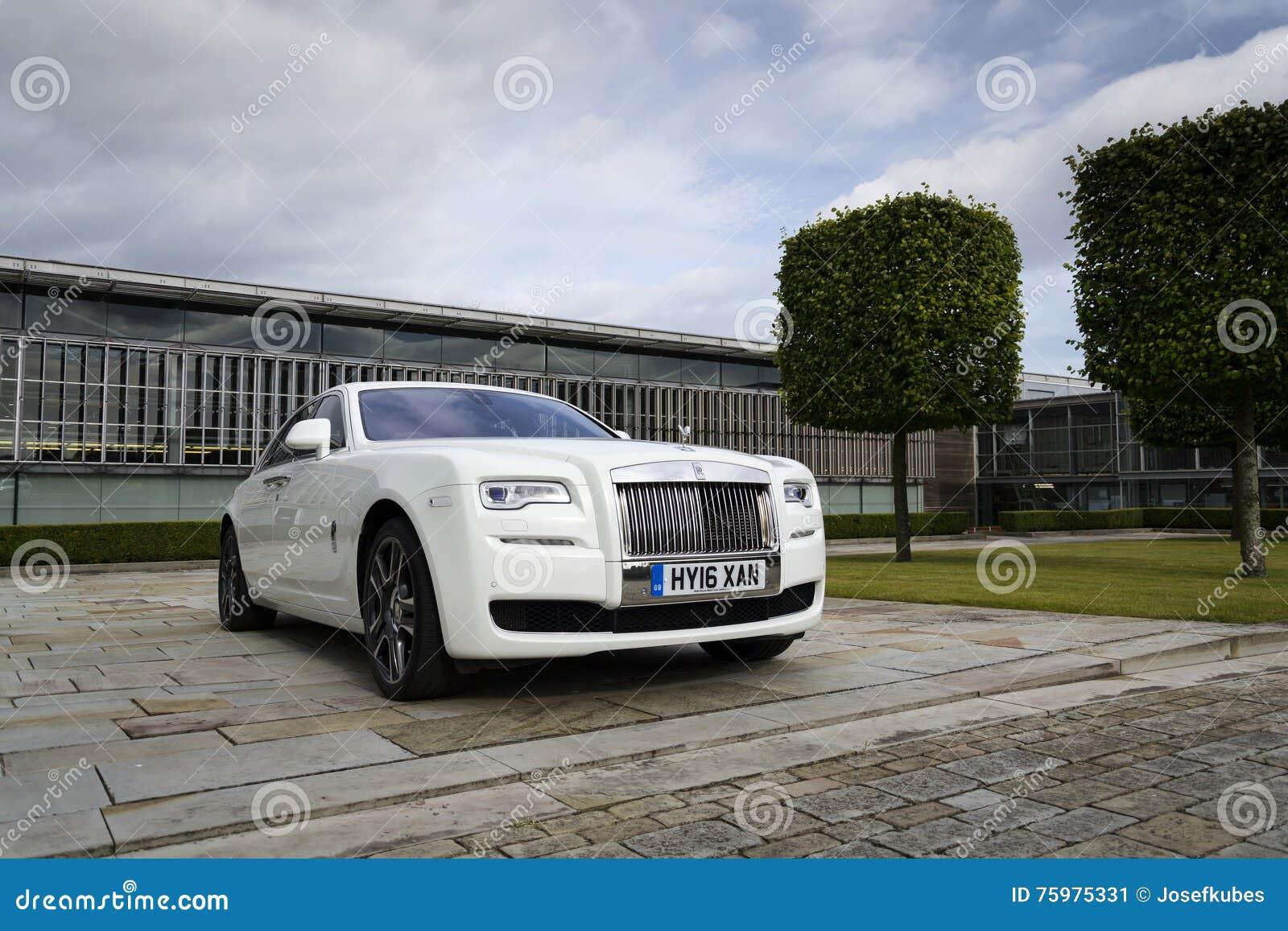 Rolls royce Ghost na frente da planta de Goodwood o 11 de agosto de 2016 em Westhampnett, Reino Unido