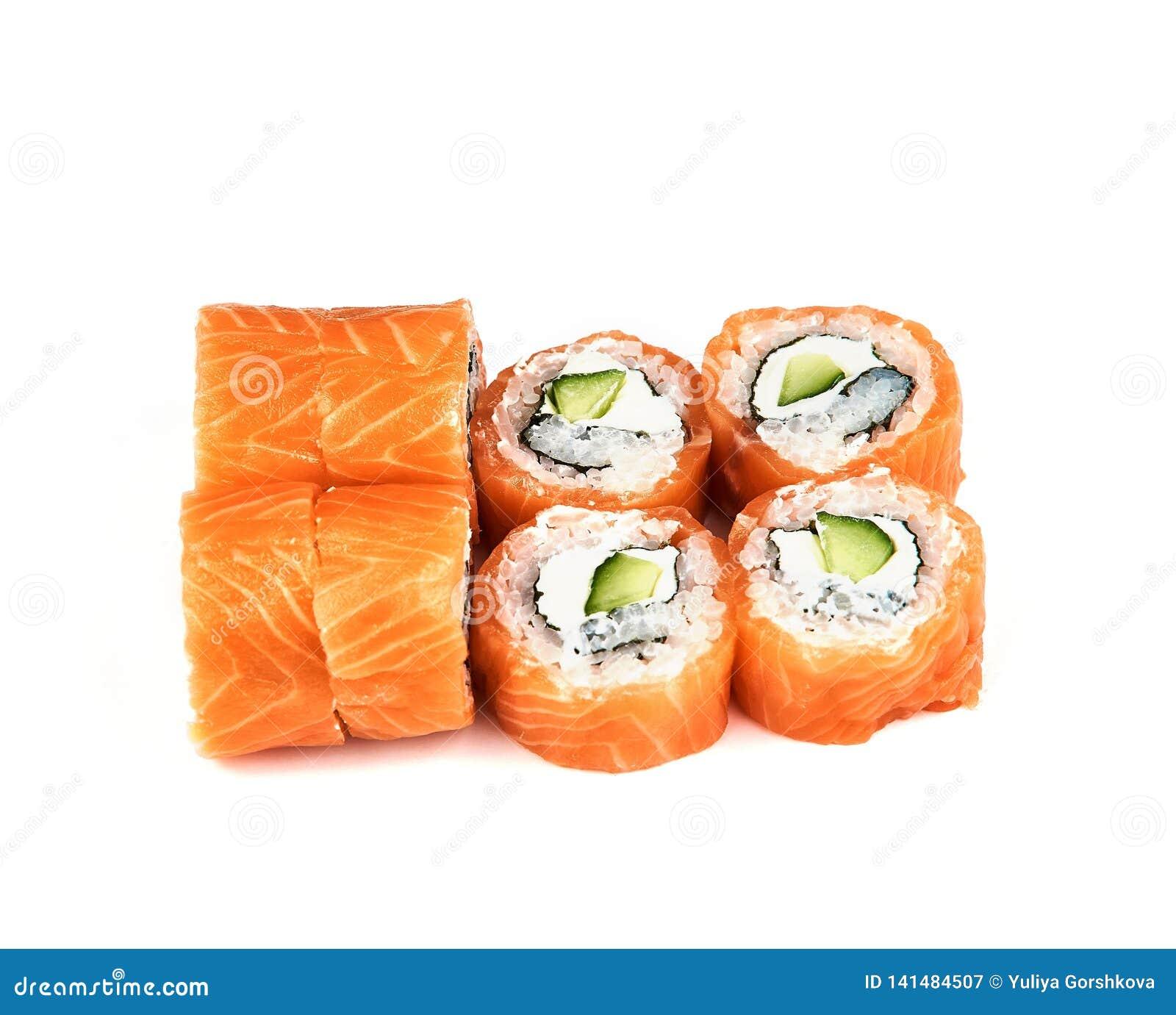 Rolls, sushi de Philadelphia con el pepino en el fondo blanco con el aguacate Comida japonesa