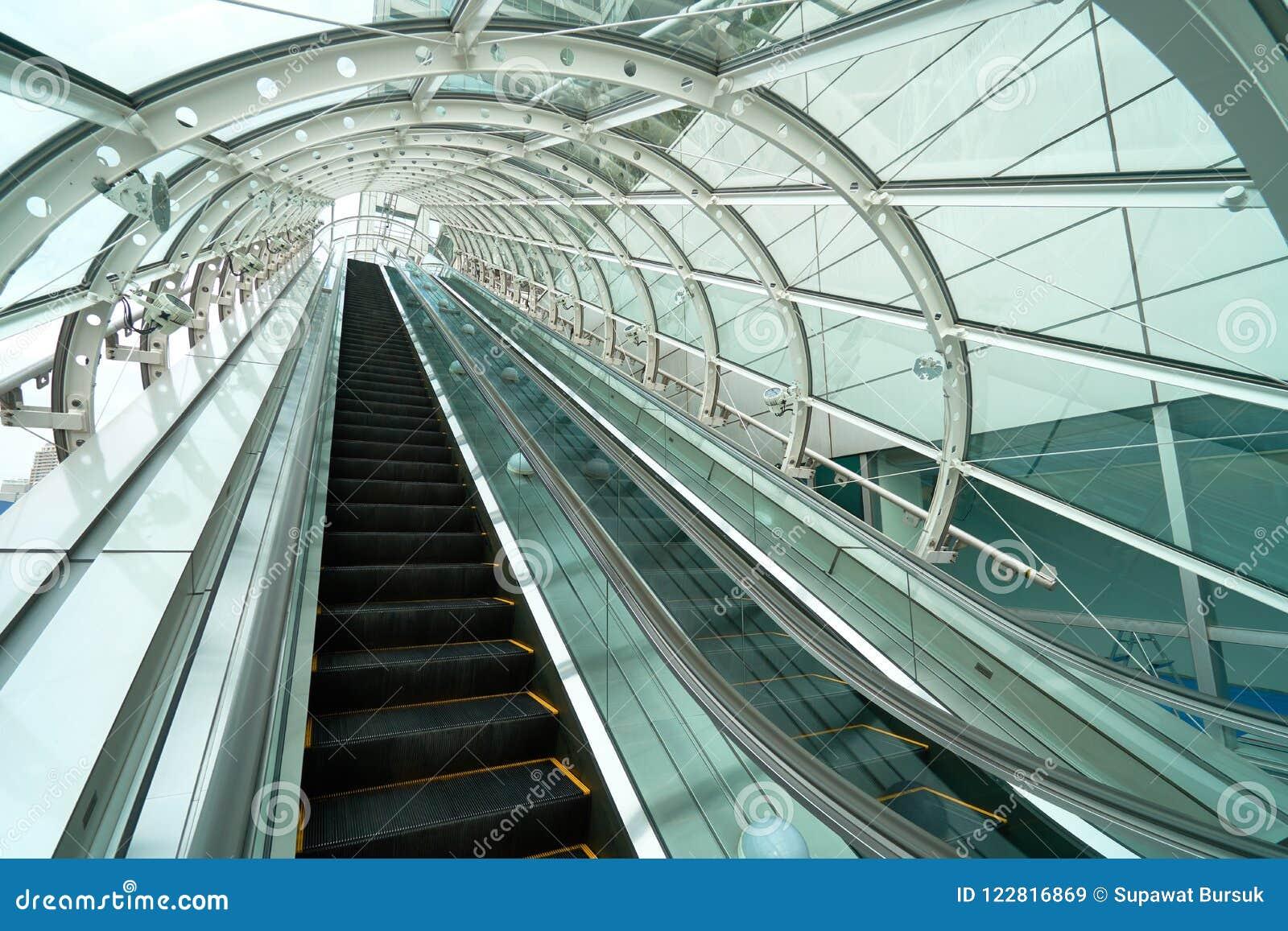 Rolltreppe auf und ab Petze durch das Glasdach Zu r verhindern
