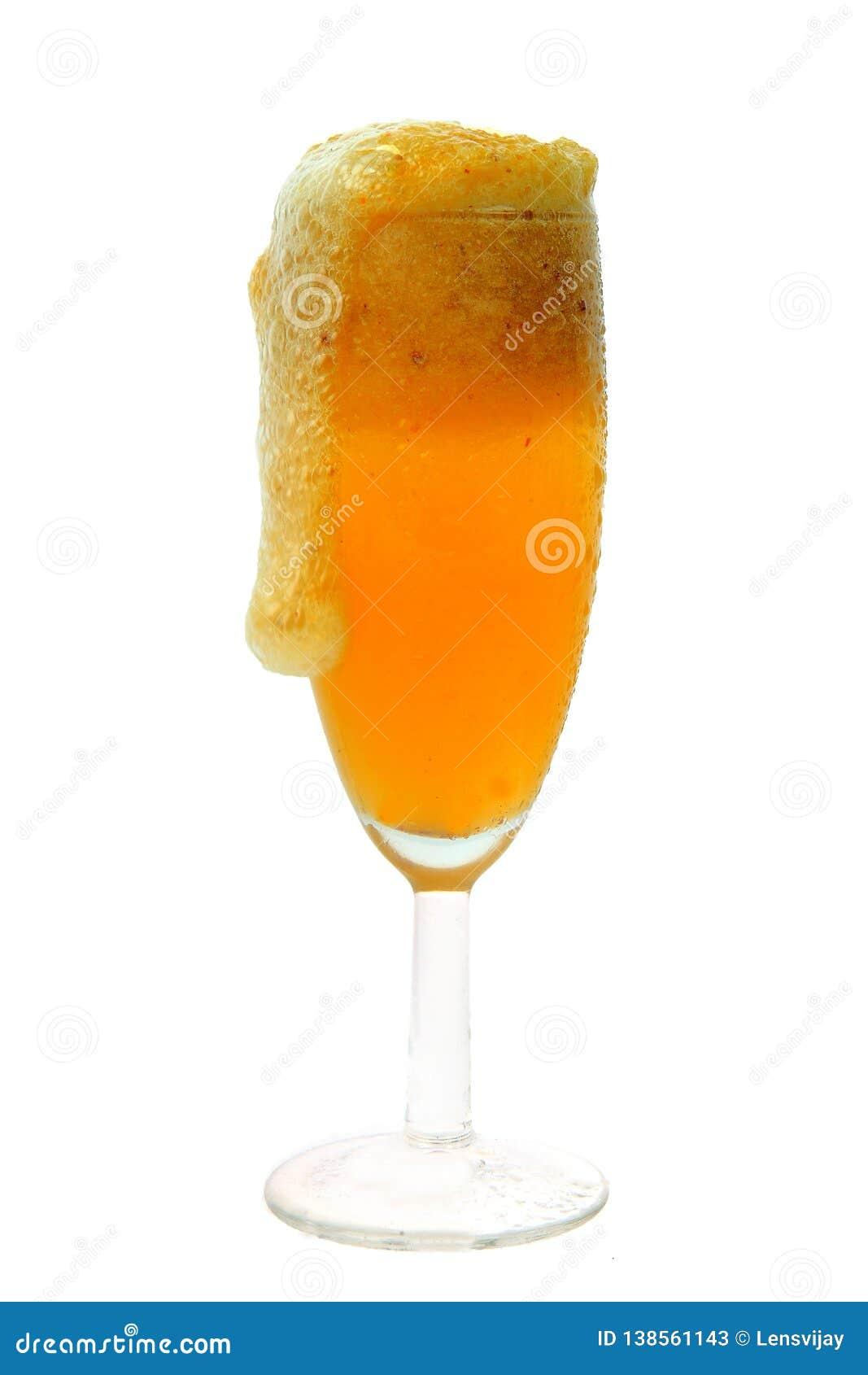 Rolne świeże gronowe owoc z chłodno sokiem w szkle