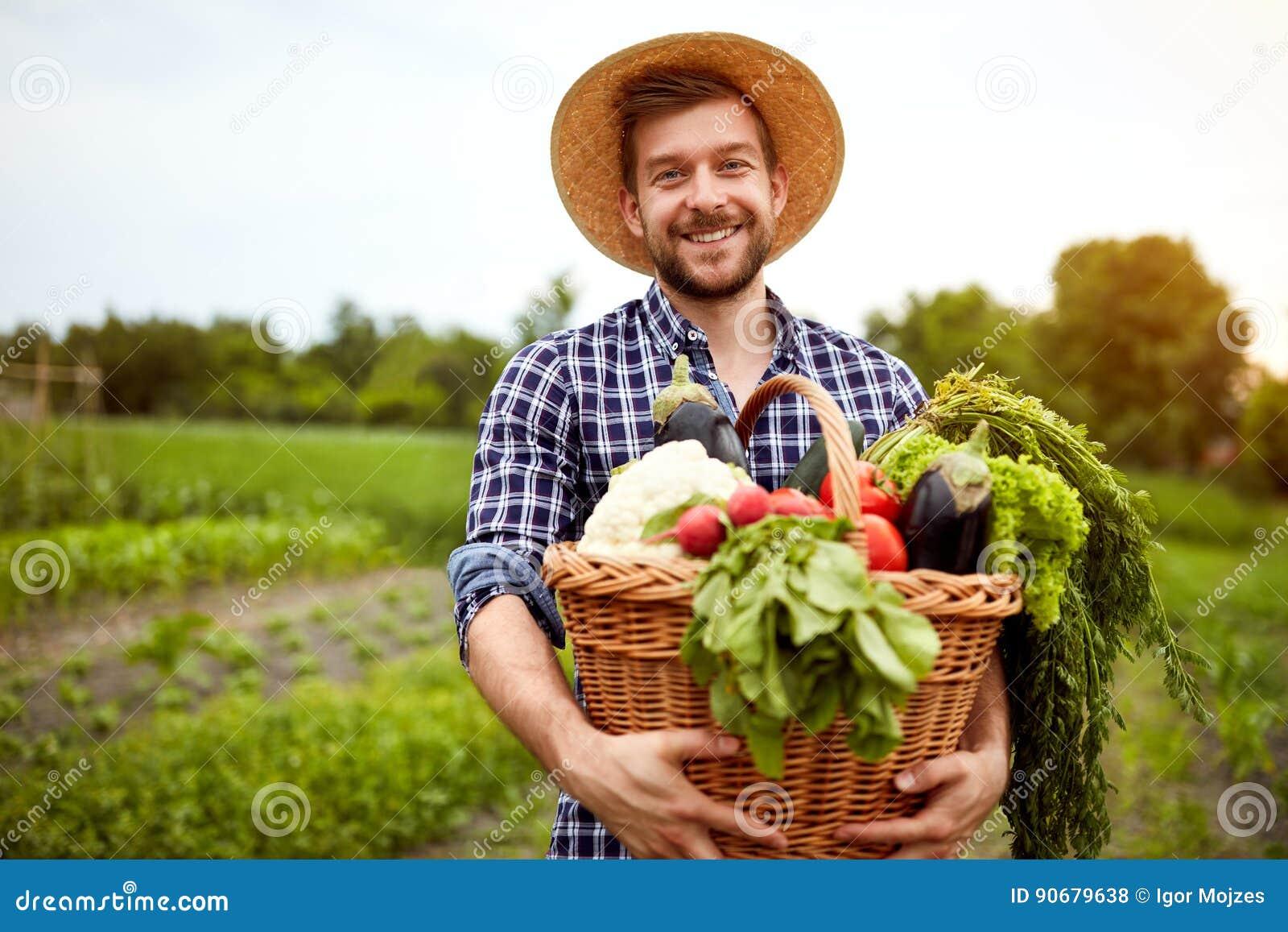 Rolnik z świeżo ukradzionymi warzywami w koszu
