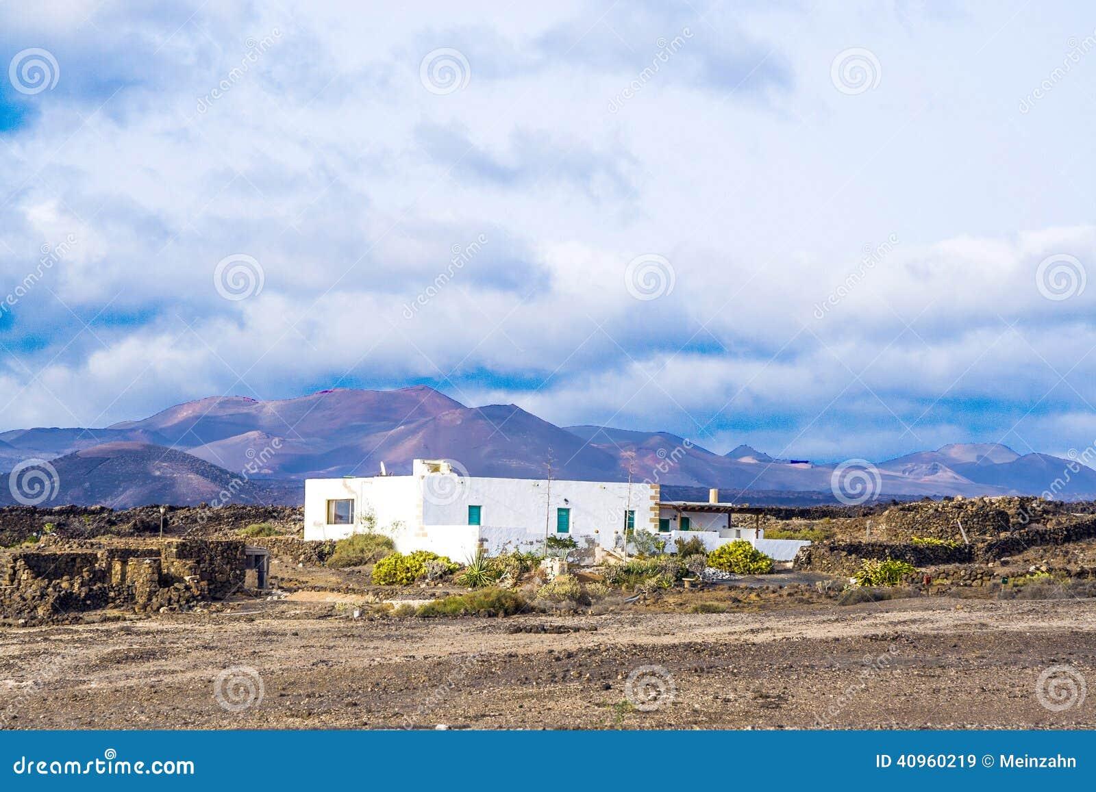 Rolny dom w powulkanicznym terenie w Lanzarote