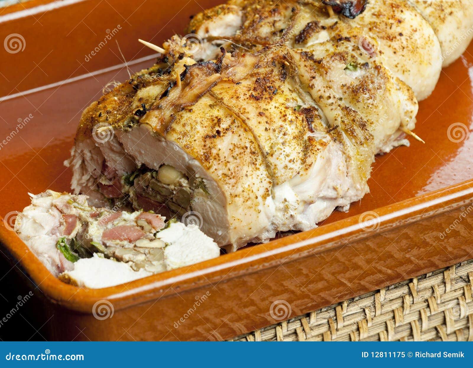 Rolo da carne de porco enchido com as salsichas
