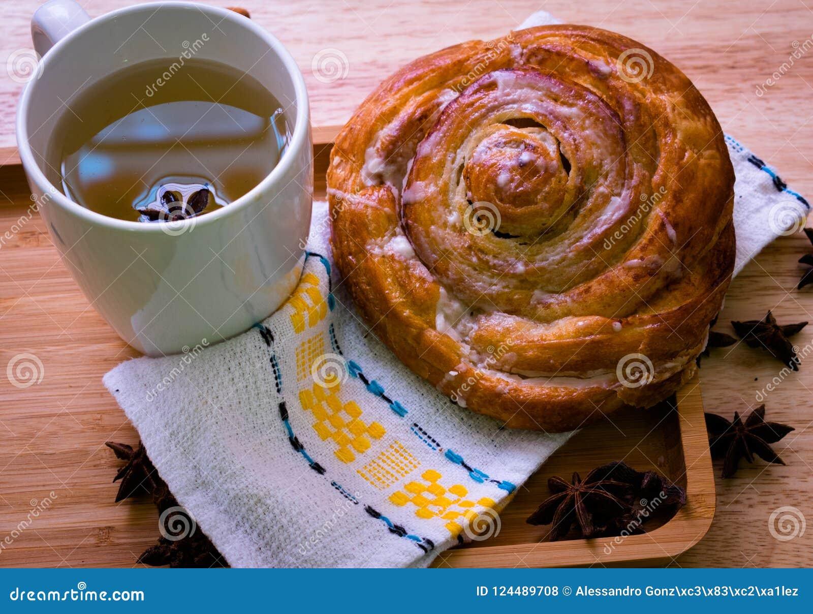 Rolo de canela e café da manhã do chá